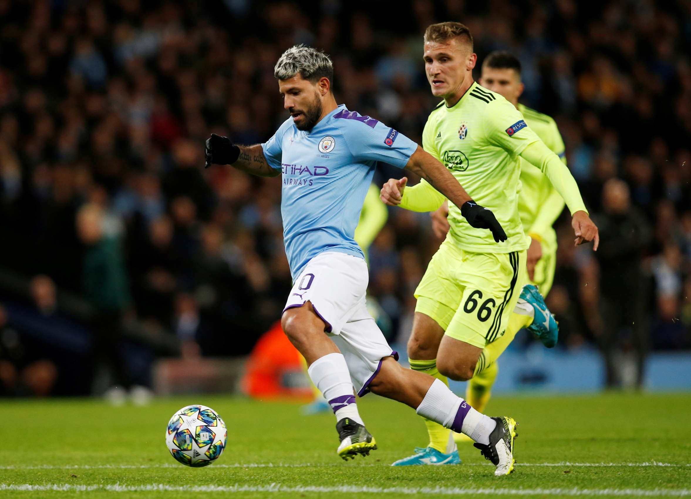 Soccer Football - Champions League - Group C - Manchester City v GNK Dinamo Zagreb - Etihad Stadium, Manchester, Britain - October 1, 2019  Manchester City's Sergio Aguero in action with GNK Dinamo Zagreb's Emir Dilaver   REUTERS/Andrew Yates - RC1BF77BA370
