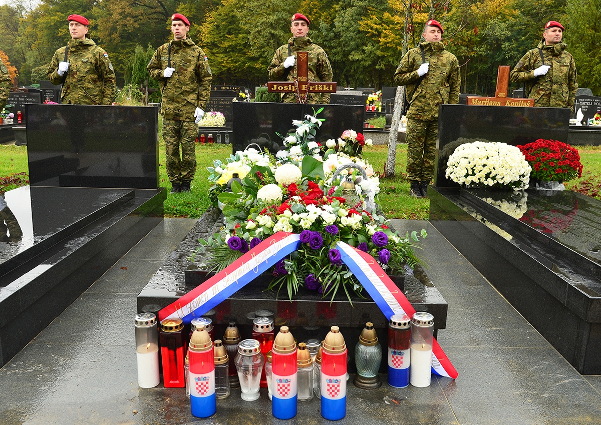 Ministar obrane Damir Krstičević i pripadnici Zapovjedništva specijalnih snaga položili su vijenac na grobu skupnika Josipa Briškog   Foto: MORH / J. Kopi