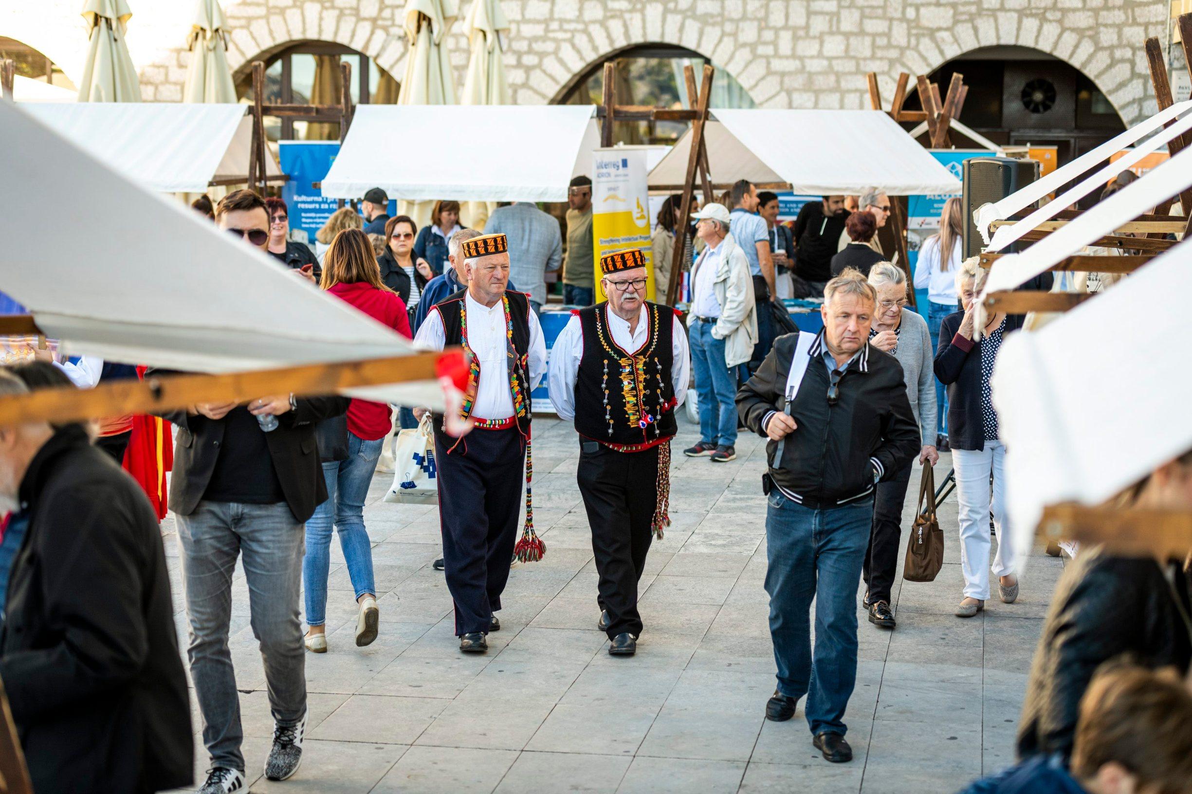 Sibenik, 061019. Na trgu P. Subica odrzava se sajam EU Fondova , sajmu je nazocio i ministar Marko Pavic. Foto: Niksa Stipanicev / CROPIX