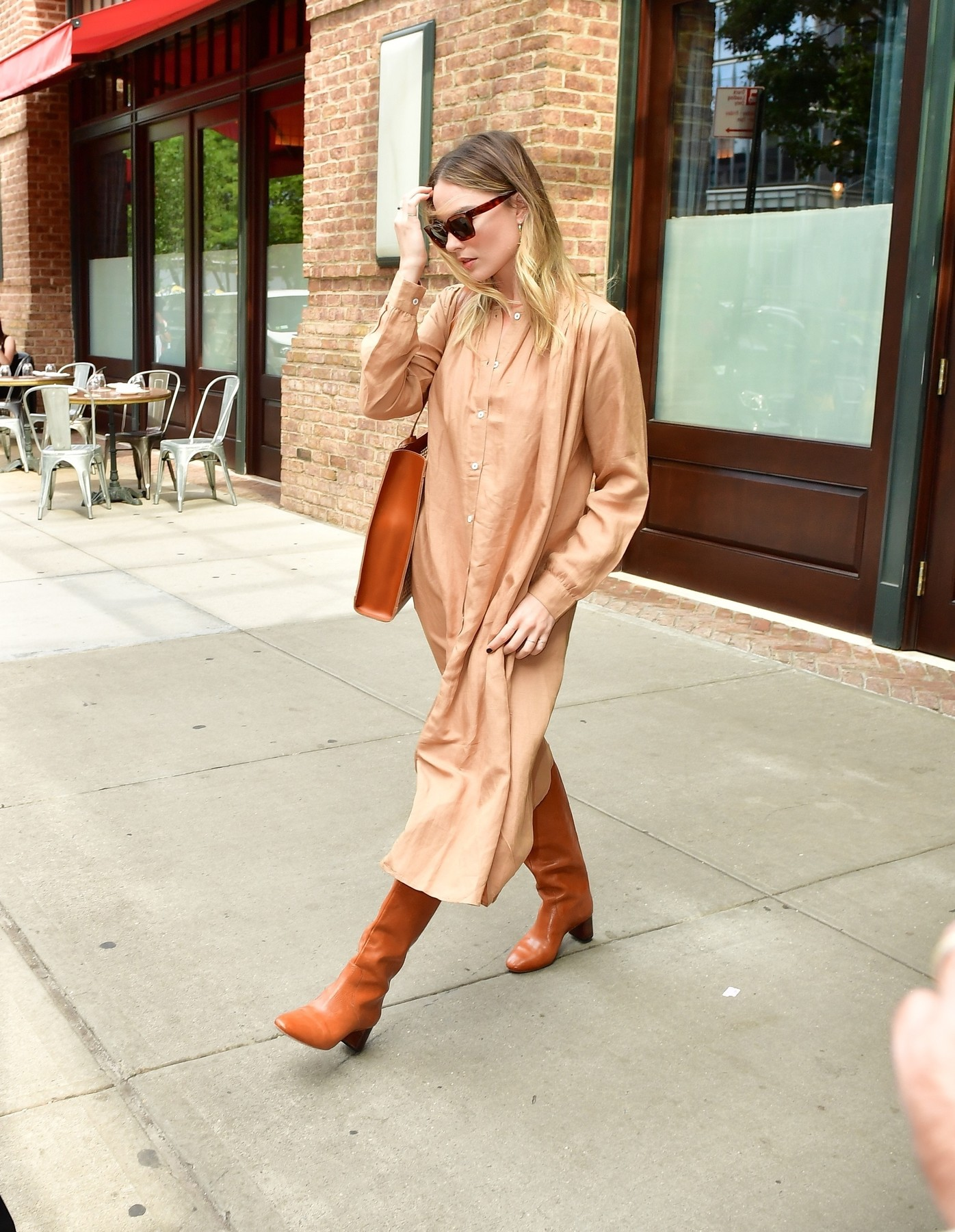New York, NY  - Margot Robbie quickly hops into her ride as she leaves her hotel in New York. Margot looks Fall ready in a long beige trench coat and burnt orange leather boots.  *UK Clients - Pictures Containing Children Please Pixelate Face Prior To Publication*, Image: 475506162, License: Rights-managed, Restrictions: , Model Release: no, Credit line: PapCulture / BACKGRID / Backgrid USA / Profimedia