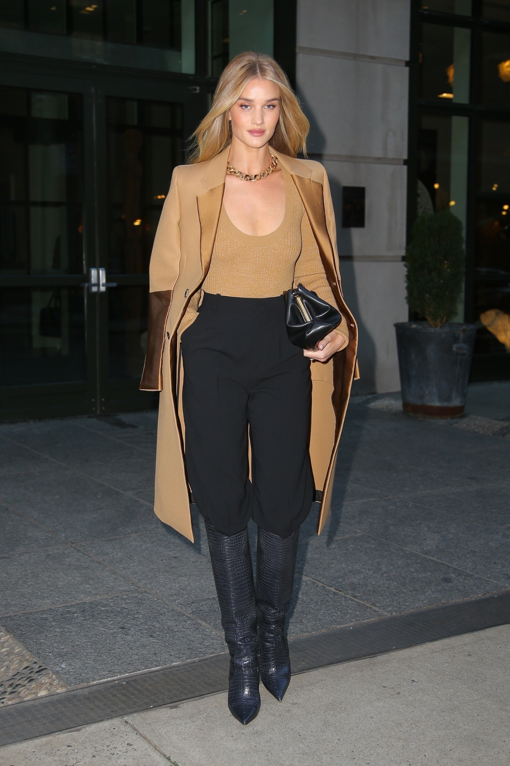 New York, NY  - *EXCLUSIVE* - Model, Rosie Huntington-Whiteley starts her day strong in a fashionable outfit while stepping out in New York. Rosie makes comfort fashionable in a beige coat draped over her beige tope with black pants tucked into black knee high boots.  BACKGRID USA 8 NOVEMBER 2019, Image: 481819485, License: Rights-managed, Restrictions: , Model Release: no, Credit line: Ulices Ramales / BACKGRID / Backgrid USA / Profimedia