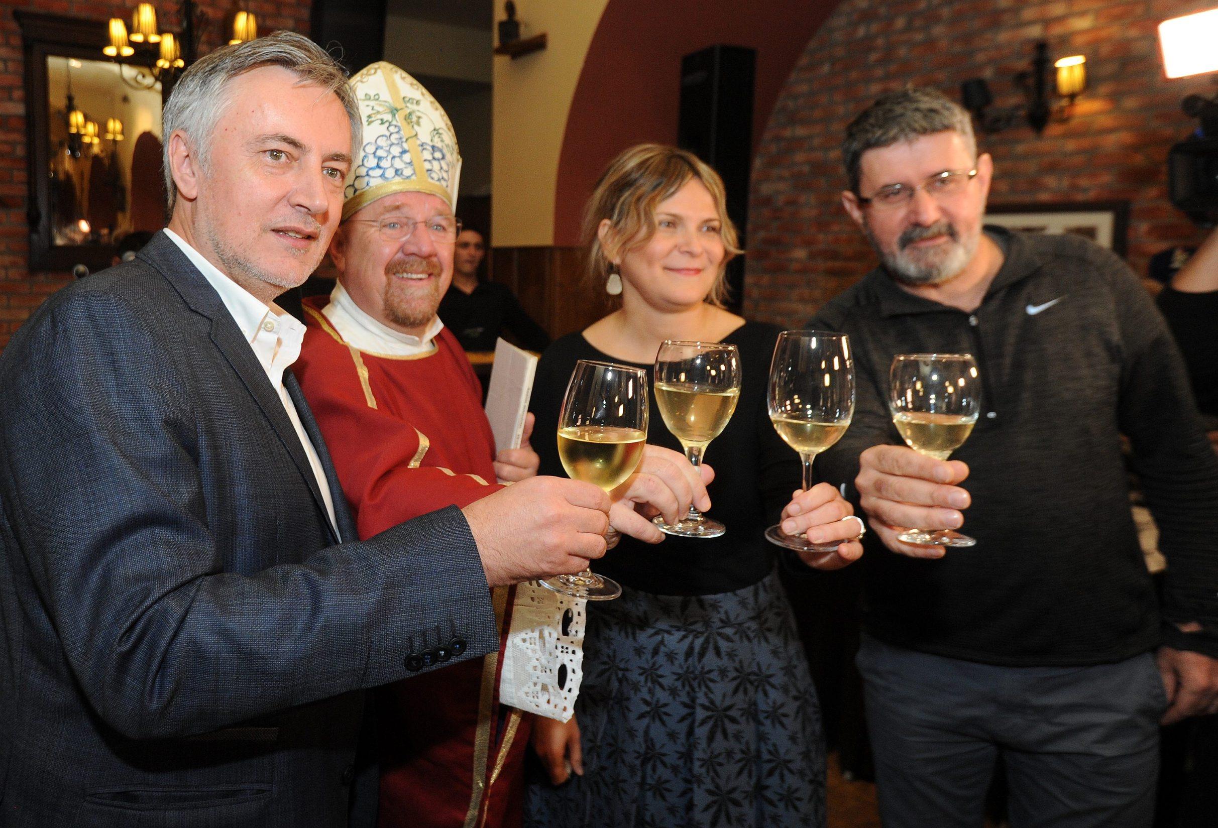 Na fotografiji: Miroslav Škoro i biskup Drele, Vedran Mlikota