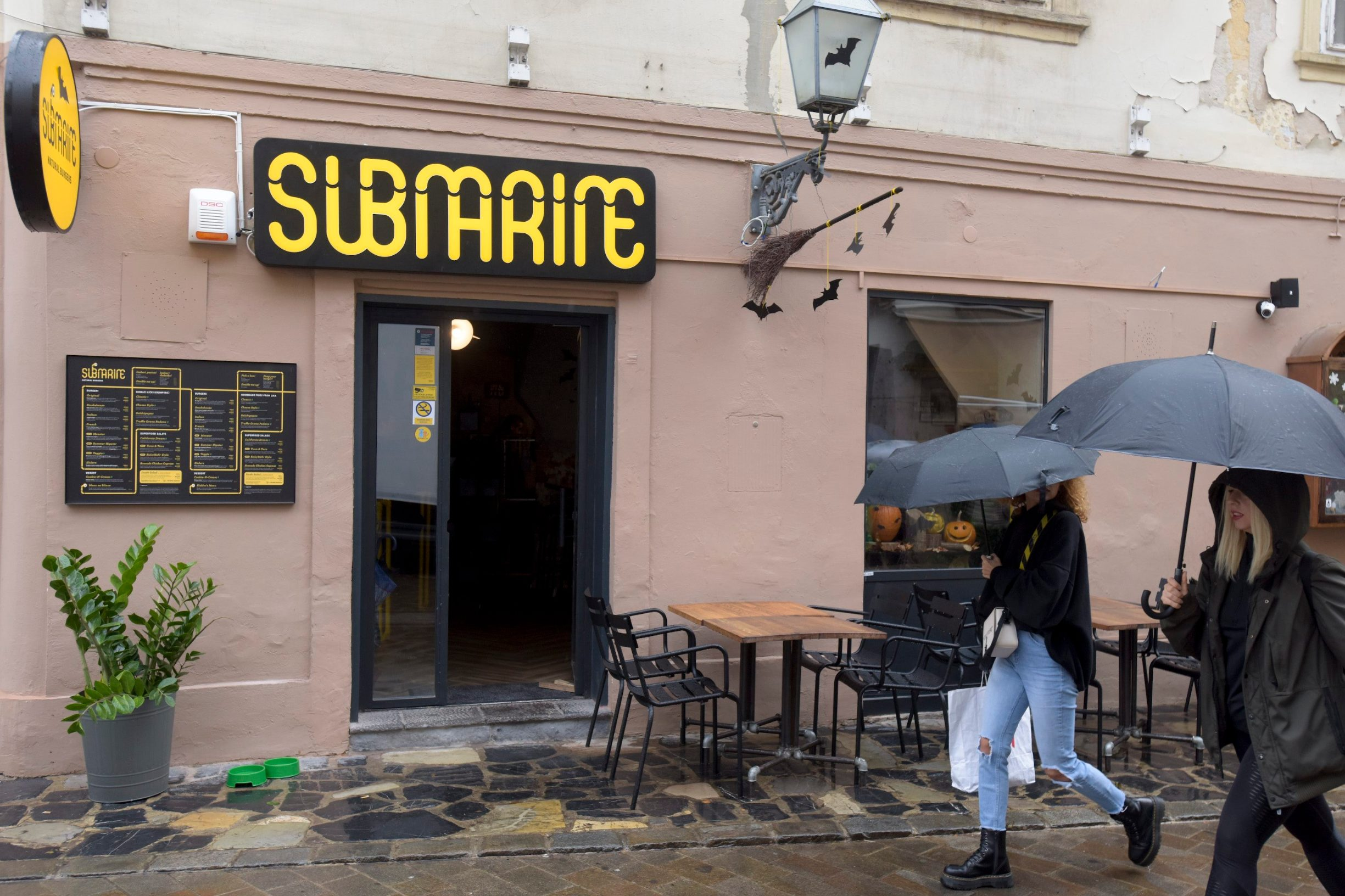 Zagreb, 311019. Tkalciceva 12. Submarine natural burgers, restoran brze hrane. Foto: Darko Tomas / CROPIX