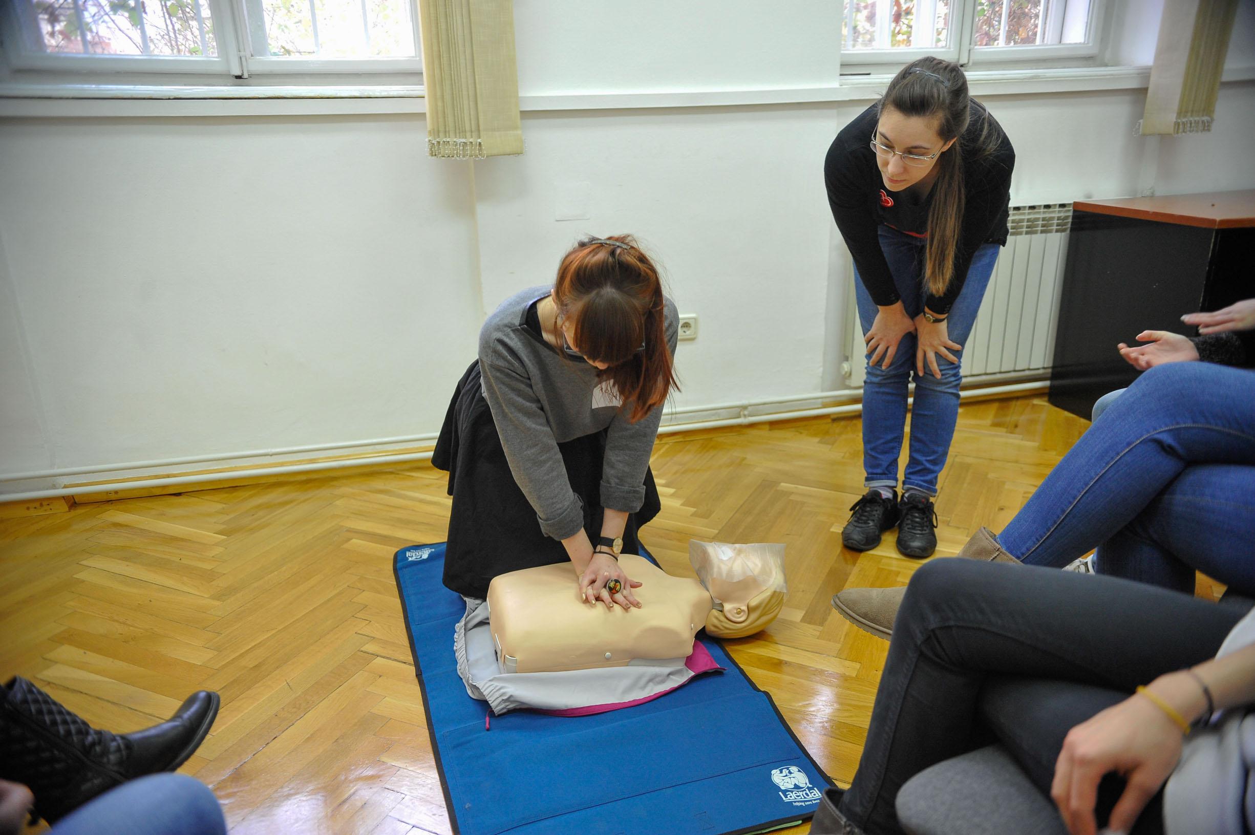 Na radionicama građani će moći u malim grupama naučiti postupak oživljavanja samo s rukama, oživljavanje s umjetnim disanjem i upoznati se s radom automatskog vanjskog defibrilatora.