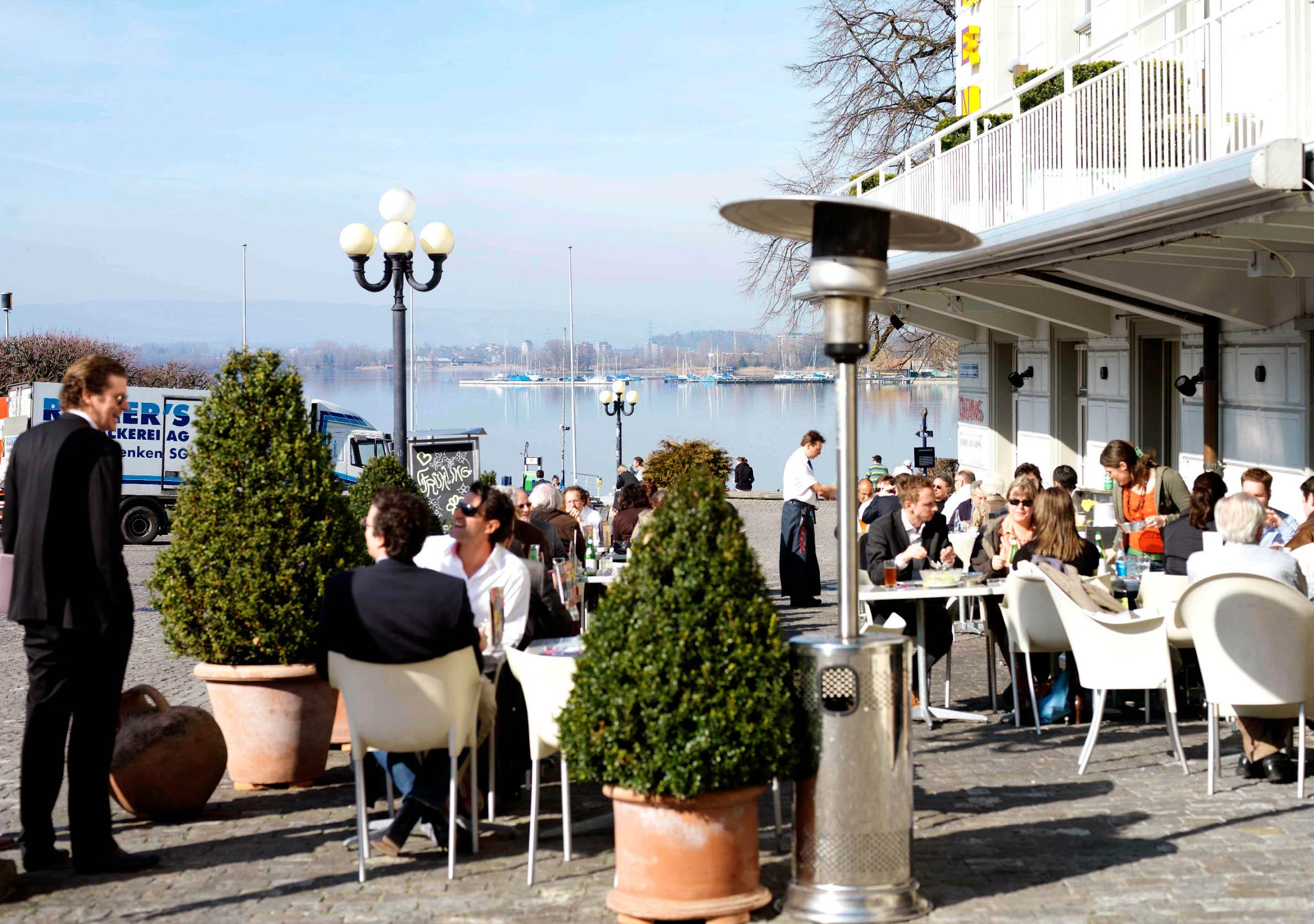 Prizor iz kafića u Zugu, Švicarska