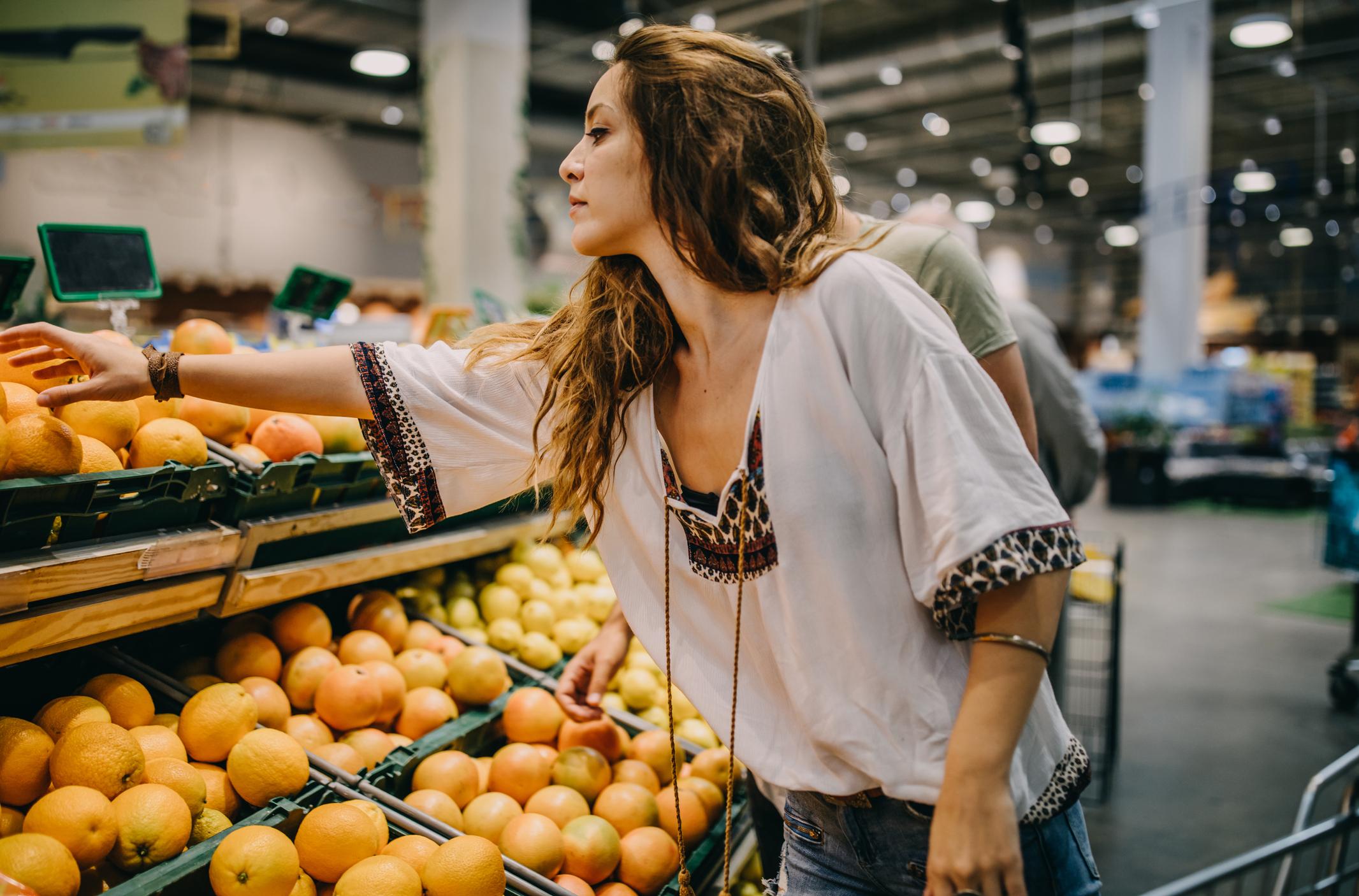 Jedan od najranijih simptoma hipotireoze je debljanje. Niskokalorične namirnice kao što su voće i povrće su odličan izbor.