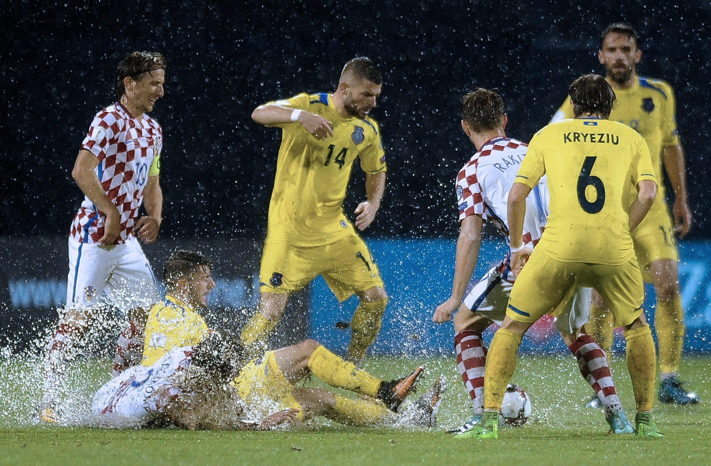 U rujnu 2017. Hrvatska i Kosovo su zbog poplavljenog Maksimira utakmicu počeli u subotu, a završili u nedjelju
