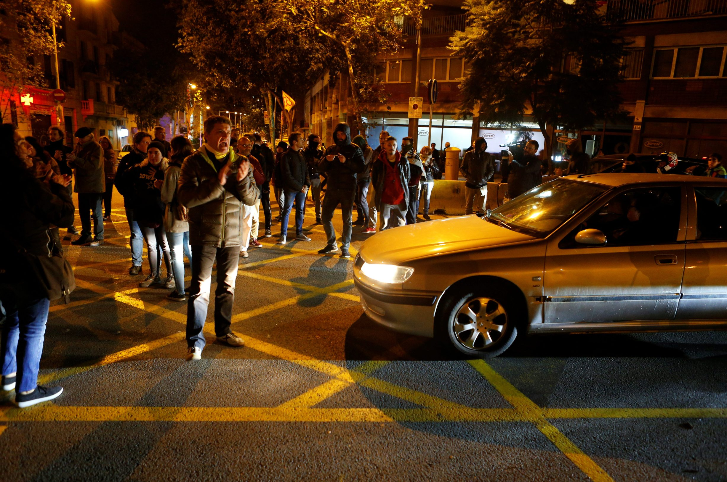 Catalan separatist protesters cut off access to main avenues in central Barcelona, November 12, 2019. REUTERS/Enrique Calvo