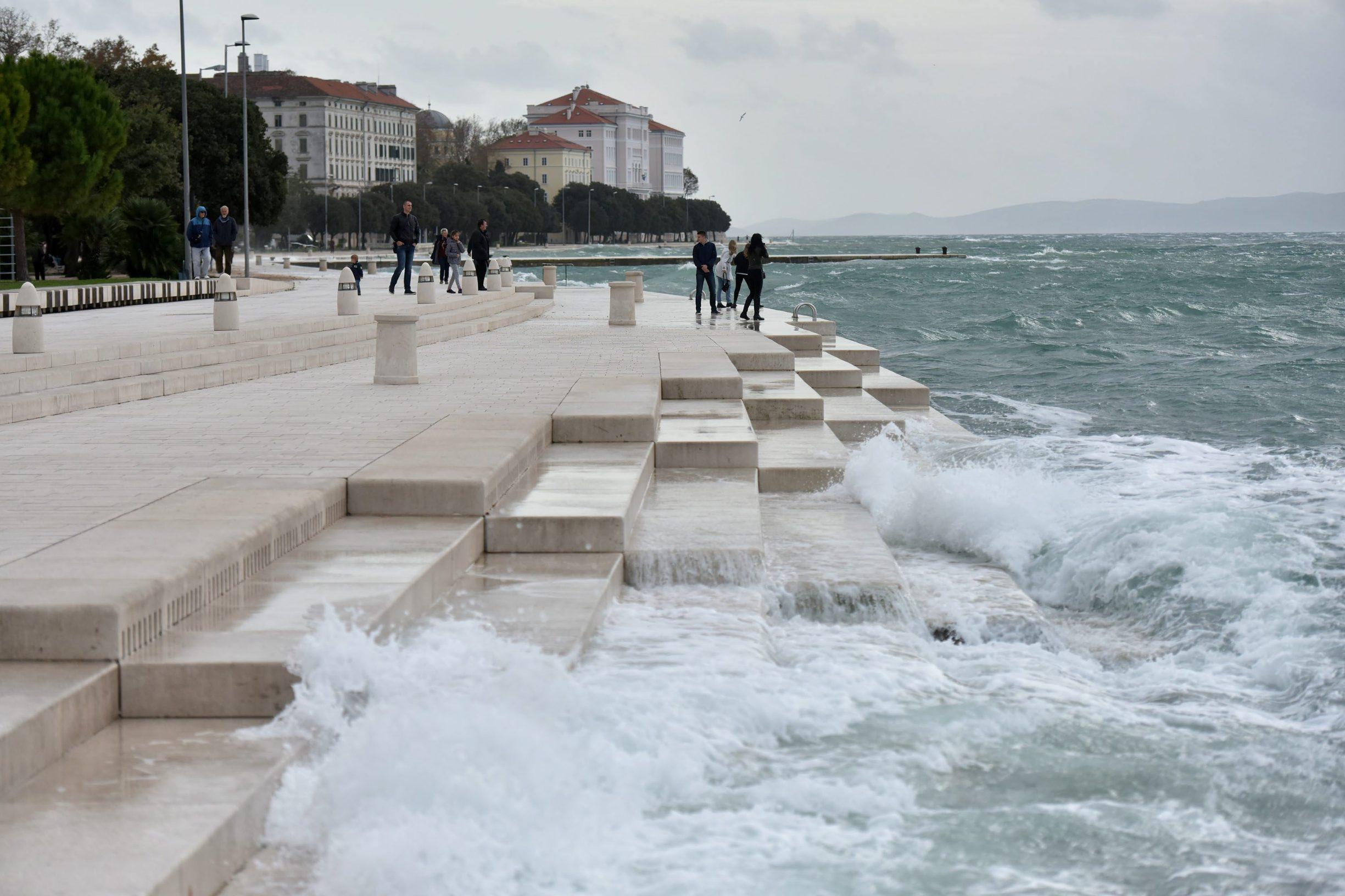 Zadar, 171119 Jako jugo koje vec danima puse na zadarskom podrucju stvara probleme u pomorskom prometu, a brojne katamaranske i trajektne linije su u prekidu. Foto: Luka Gerlanc / CROPIX