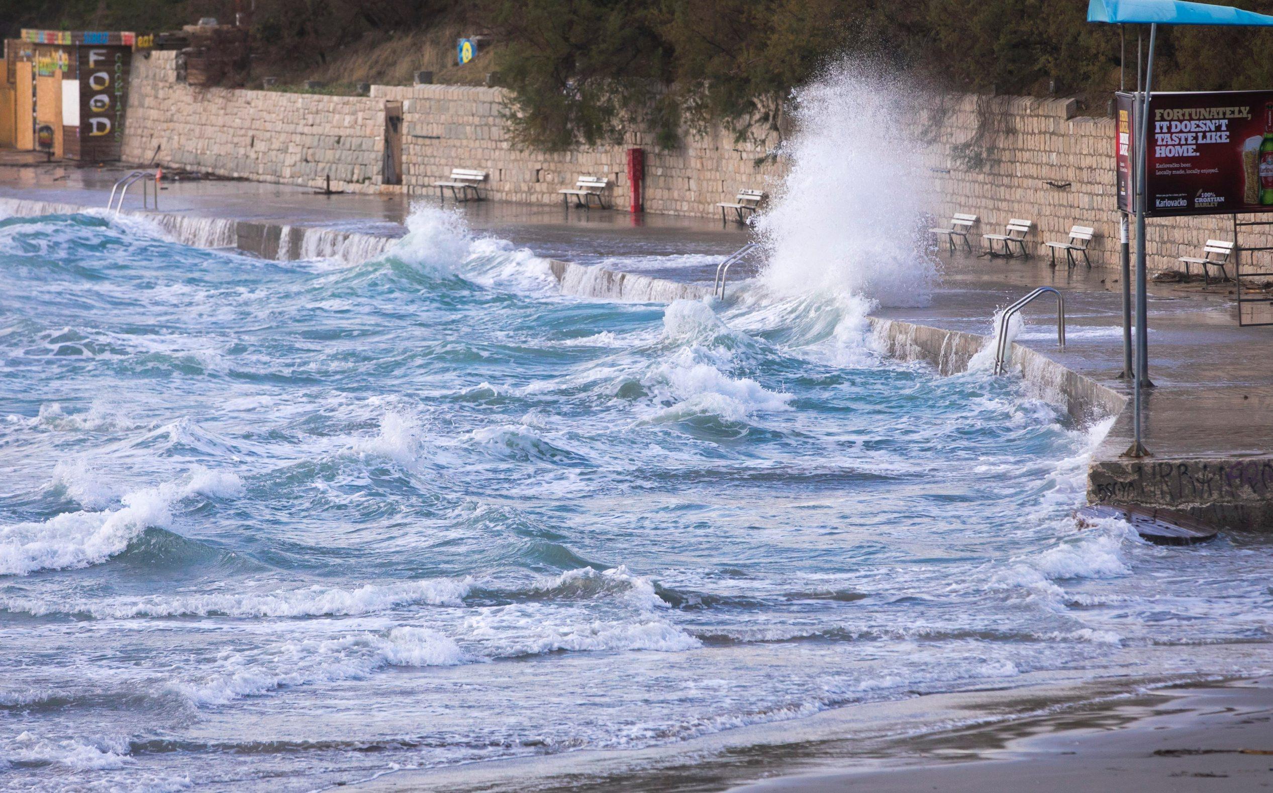Split, 171119. U splitskom podrucju puse jako do olujno jugo koje je prouzrokovalo poteskoce u pomorskom prometu. Katamaranske linije za otoke su u prekidu kao i trajektna linija za otoke Vis i Drvenik. Foto: Vojko Basic / CROPIX