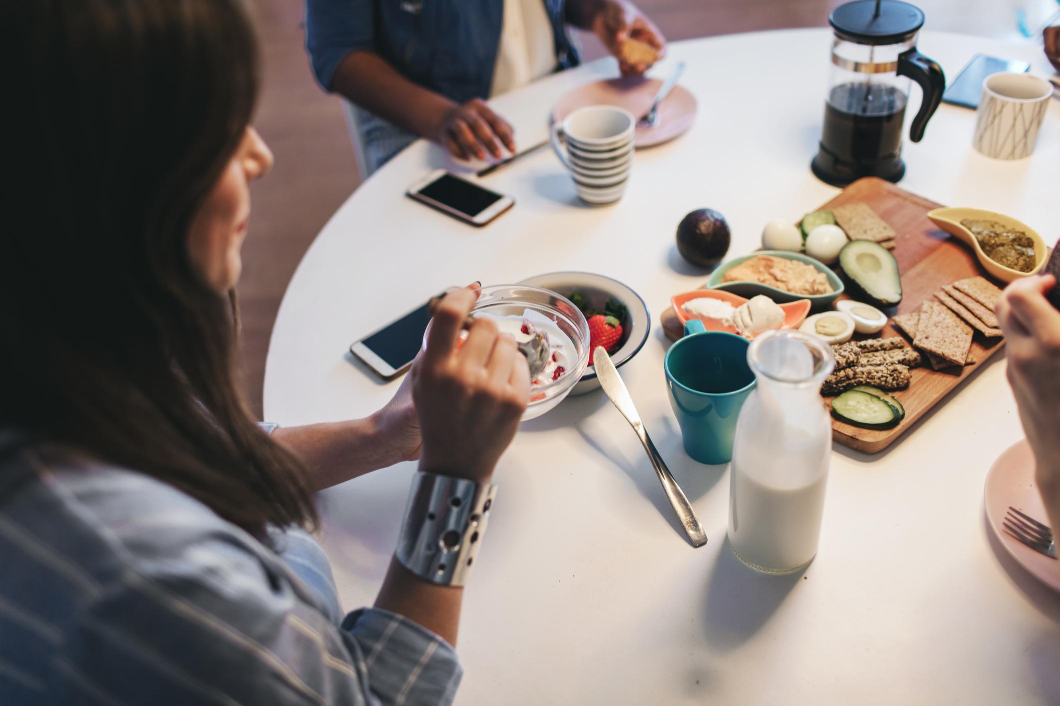 Jaja se često spominju kao namirnica koja povećava razinu kolesterola u krvi, međutim puno oprezniji trebamo biti s mesnim prerađevinama i mliječnim proizvodima.