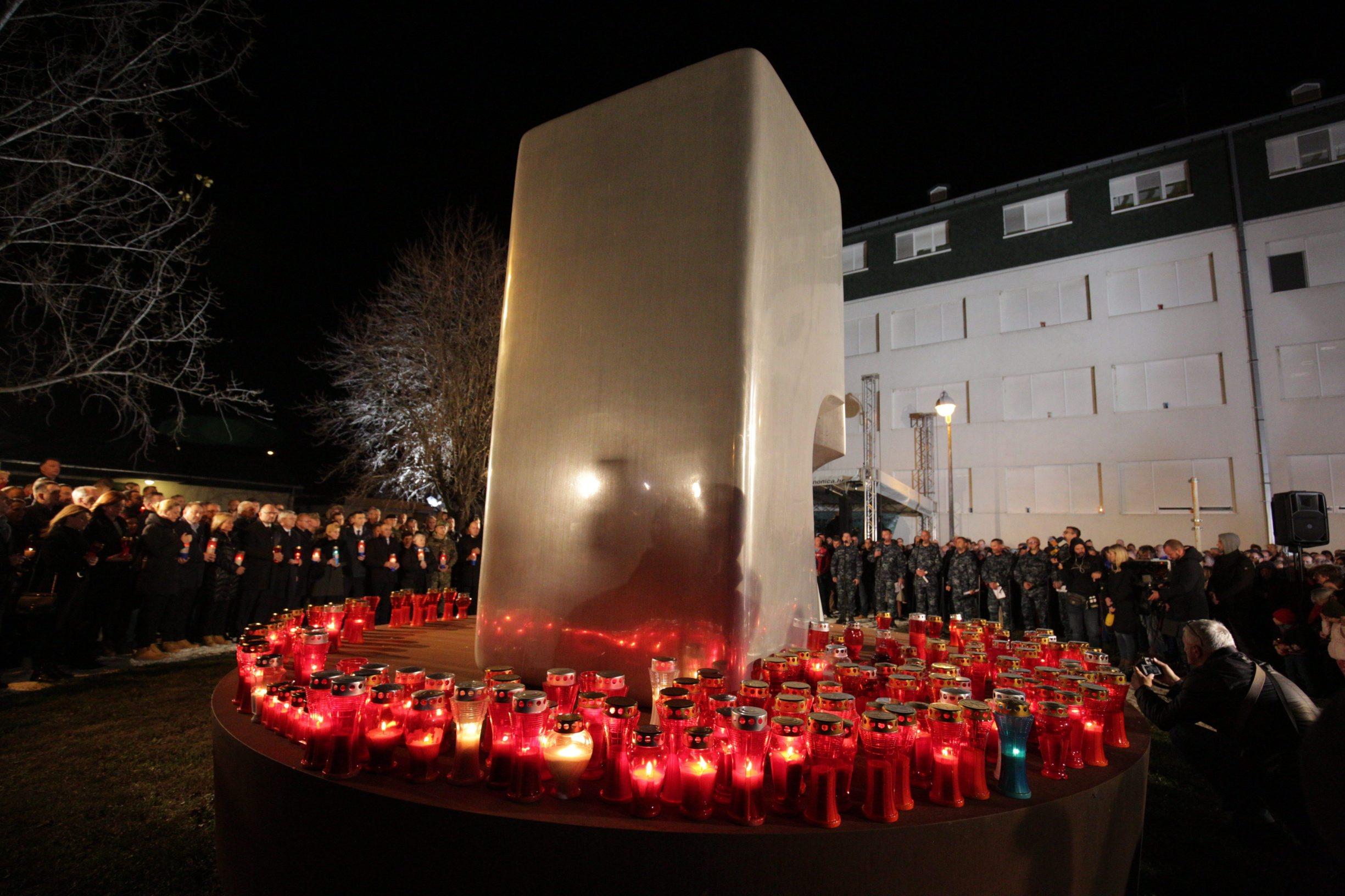Vukovar, 171119.  Dan sjecanja na zrtvu Vukovara. Paljene svijeca u dvoristu vukovarske bolnice. Na fotografiji: paljenje svijeca. Foto: Vlado Kos / CROPIX