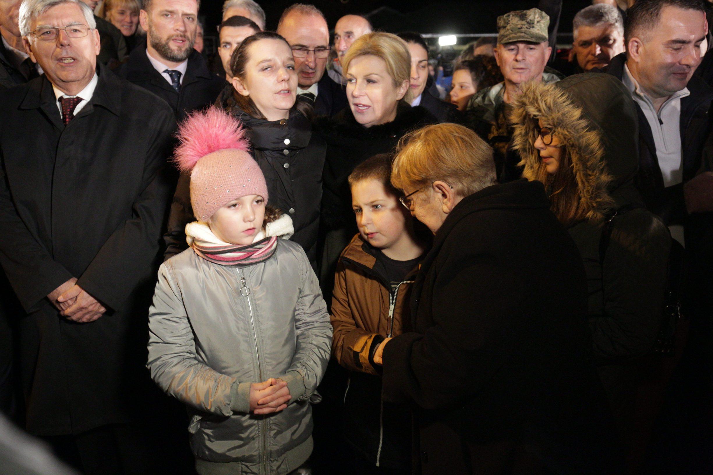 Vukovar, 171119.  Dan sjecanja na zrtvu Vukovara. Paljene svijeca u dvoristu vukovarske bolnice. Na fotografiji: Na fotografiji: Kolinda Grabar Kitarevic, Zeljka Mitrovic Juric, dr. Vesna Bosanac. Foto: Vlado Kos / CROPIX