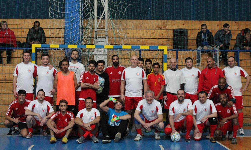 Zajednička fotografija momčadi pripadnika Crvenog križa i azilanata