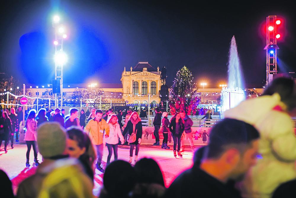 Zagreb, 191214. Manifestacija Advent u Zagrebu. Na fotografiji: guzva na Tomislavovom trgu. Foto: Neja Markicevic / CROPIX