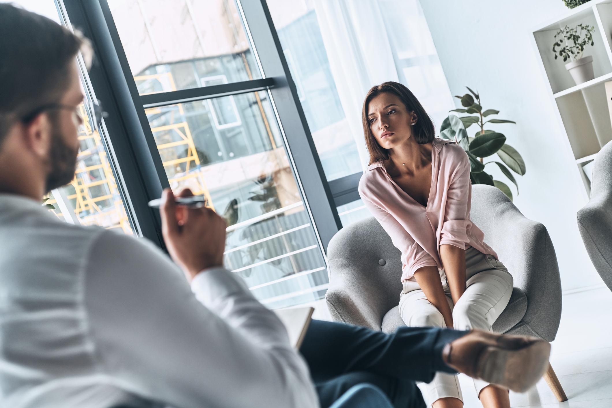 Prije donošenja konačne odluke većina voli poslušati tuđe mišljenje, najčešće se konzultiraju sa članovima obitelji (49 posto), partnerom (44 posto) i prijateljima (28 posto), dok svaka peta osoba tu važnu odluku donosi samostalno.
