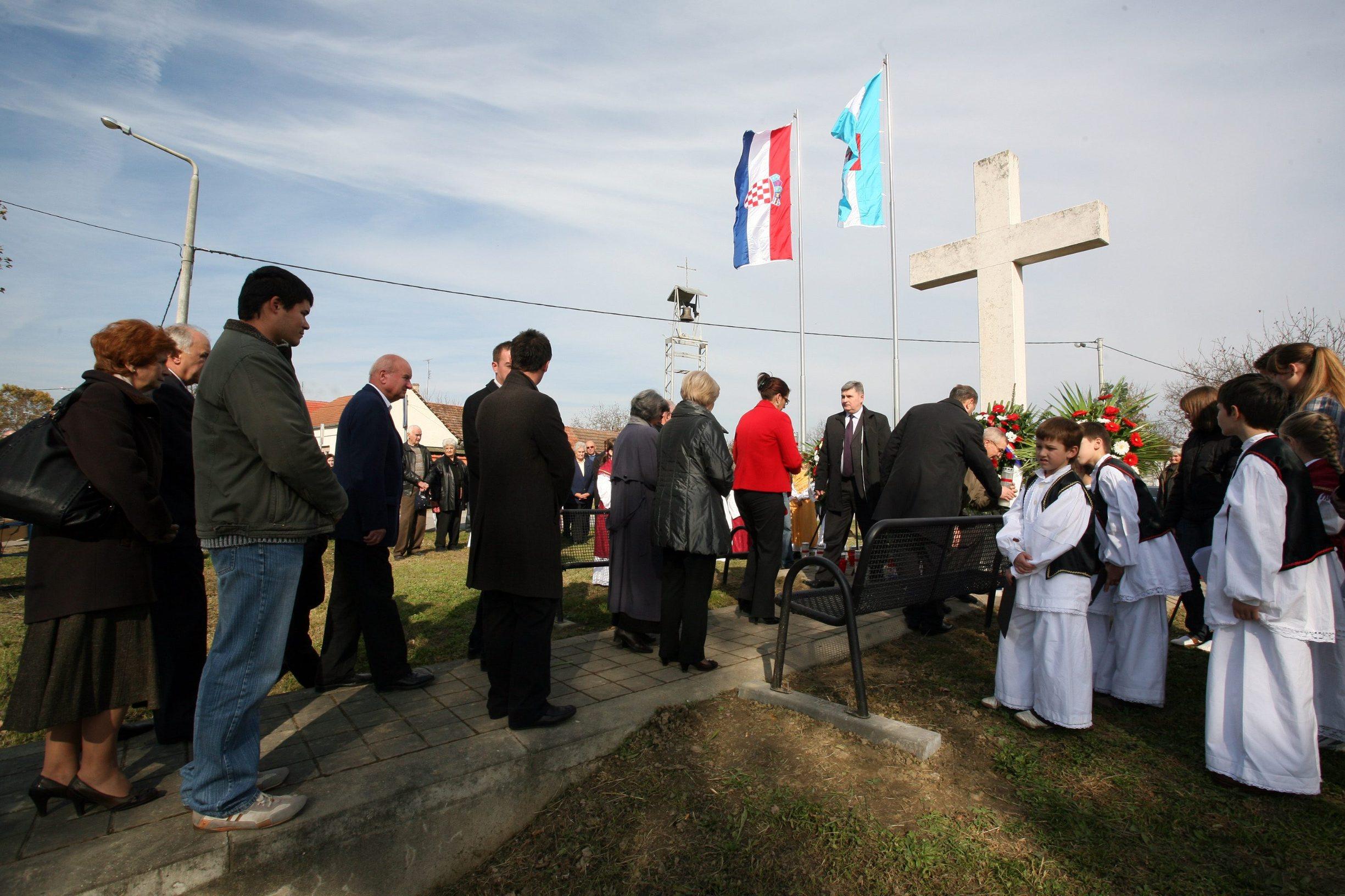 Spomen-križ u naselju Lužac (arhiva)