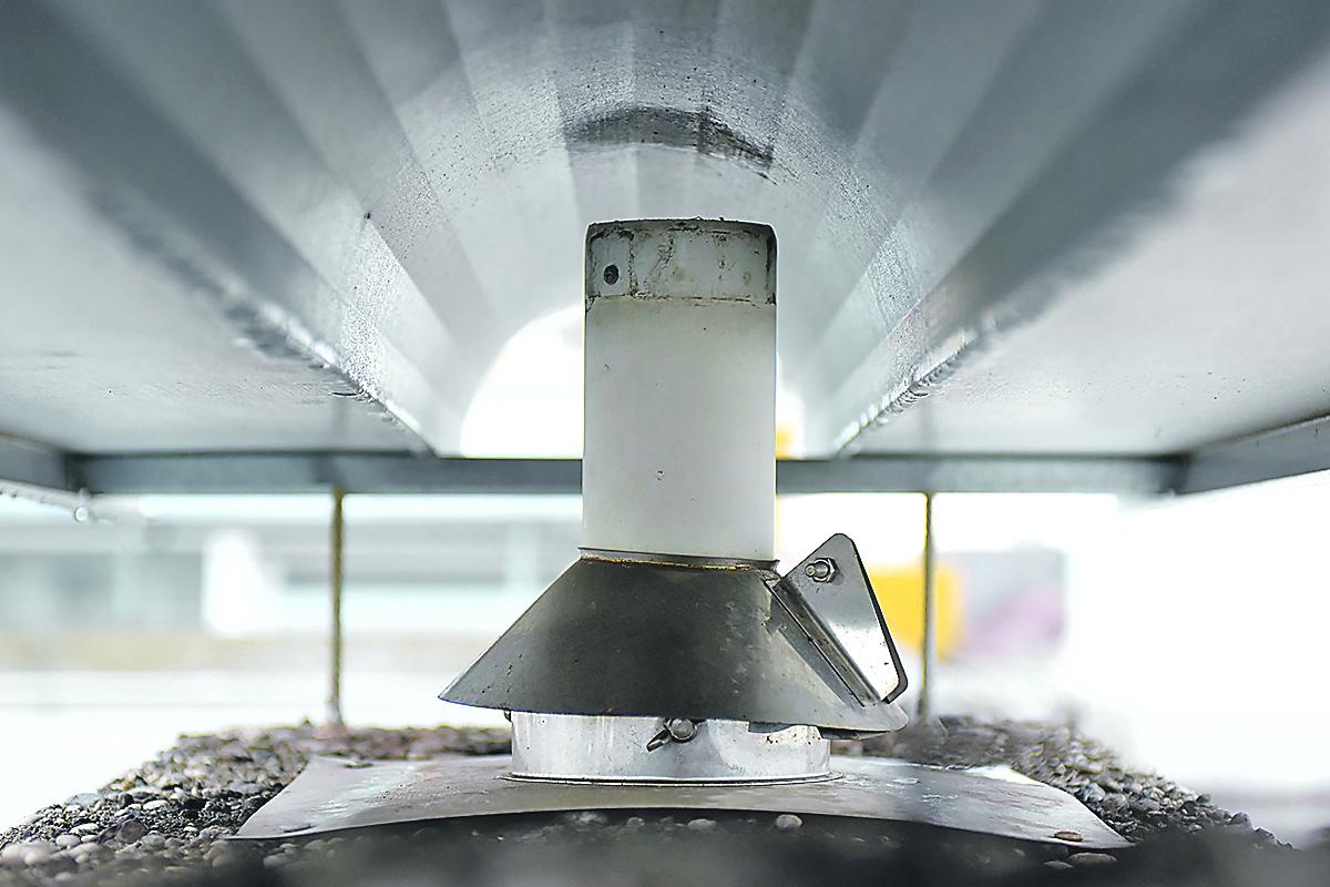 Zagreb, 311019. Tresnjevka. Stambena zgrada Andrije Zaje 35 nakon obnove ne zadovoljava sigurnosne standarde. Na fotografiji: nepropisno postavljena dimovodna cijev. Foto: Darko Tomas / CROPIX
