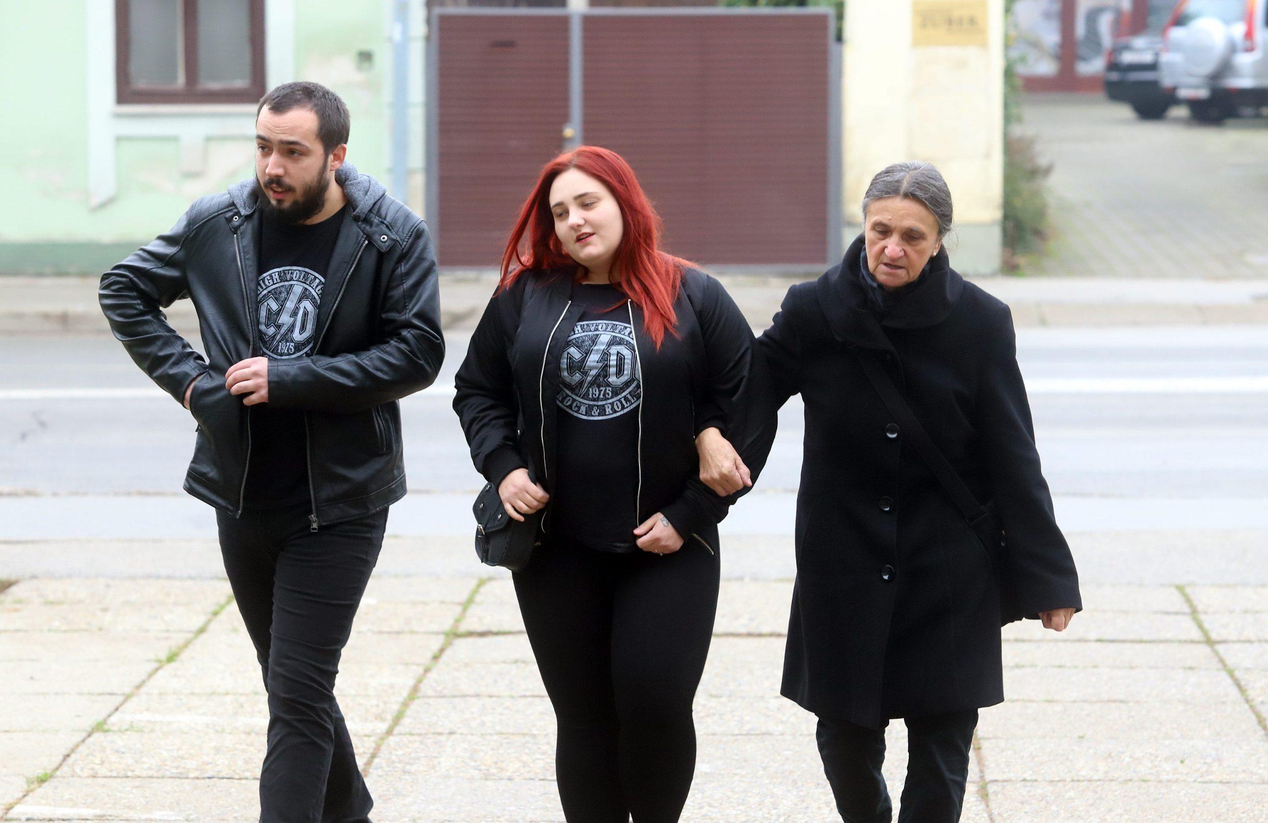 Varazdin, 261119. Na Zupanijskom sudu u Varazdinu nastavljeno je sudjenje Smiljani Srnec za ubojstvo sestre Jasmine Dominic. Na fotografiji: Obitelj Smiljane Srnce, kcer, zet i majka. Foto: Zeljko Hajdinjak / CROPIX
