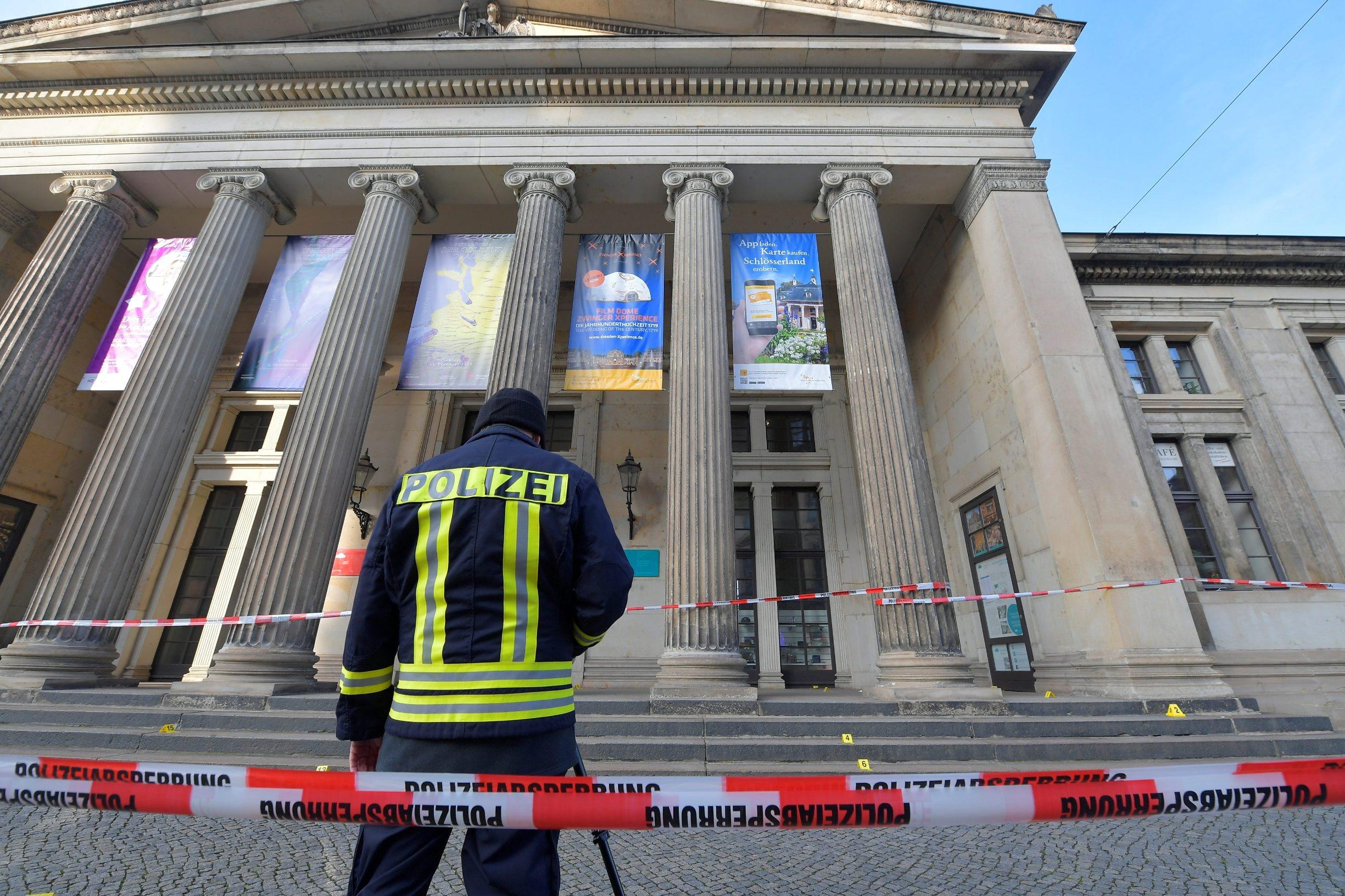 Policajac ispred muzeja Zelena riznica u Dresdenu