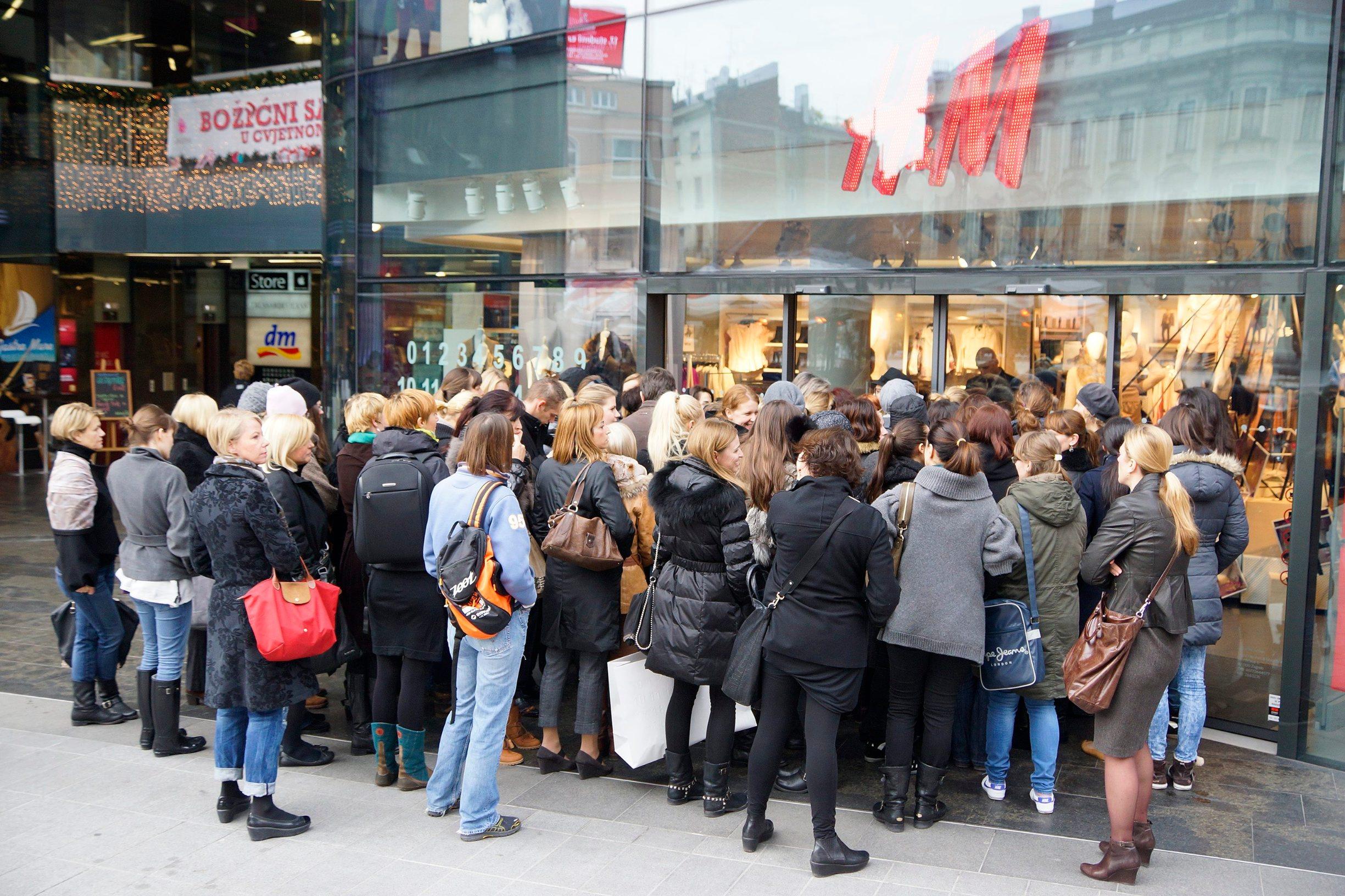 Zagreb, 151112. H&M, Cvjetni trg. Nakon sinocnjeg predstavljanja kolekcije Maison Martin Margiela u H&M trgovini jutros su kupci zeljeli sto prije ugrabiti svoj komad odjece ovog poznatog kreatora. Na fotografiji: guzva prije otvaranja trgovine. Foto: Marko Todorov / CROPIX