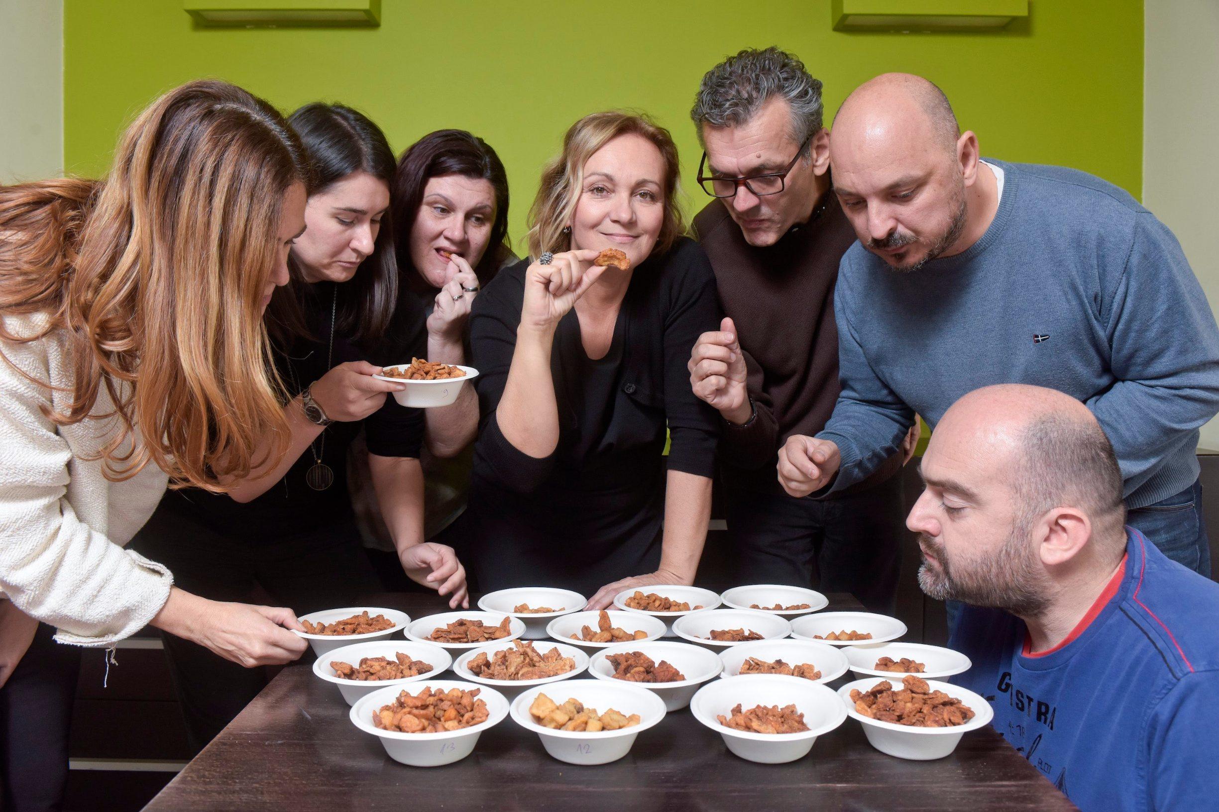 Zagreb, 211119. Koranska 2. Novinari Dobre hrane kusaju i ocjenjuju ovogodisnje cvarke. Foto: Darko Tomas / CROPIX