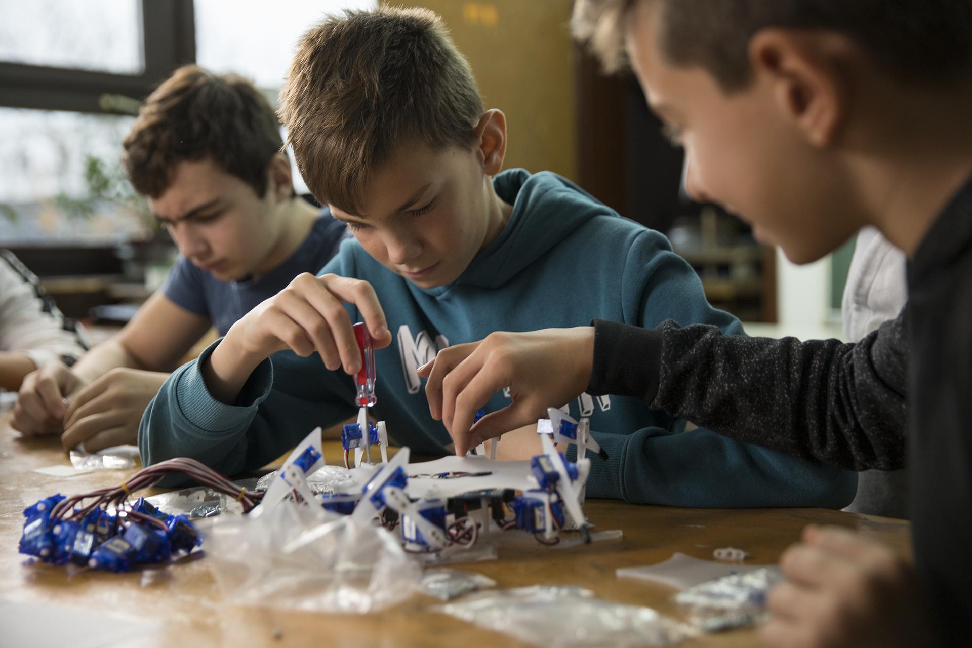 Učenici uče uz pomoć paukolikog robota hrvatskog startupa STEMI