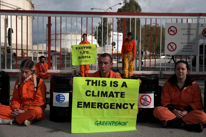 Aktivisti Greenpeacea ispred rafinerije Hellenic Petroleum u Ateni