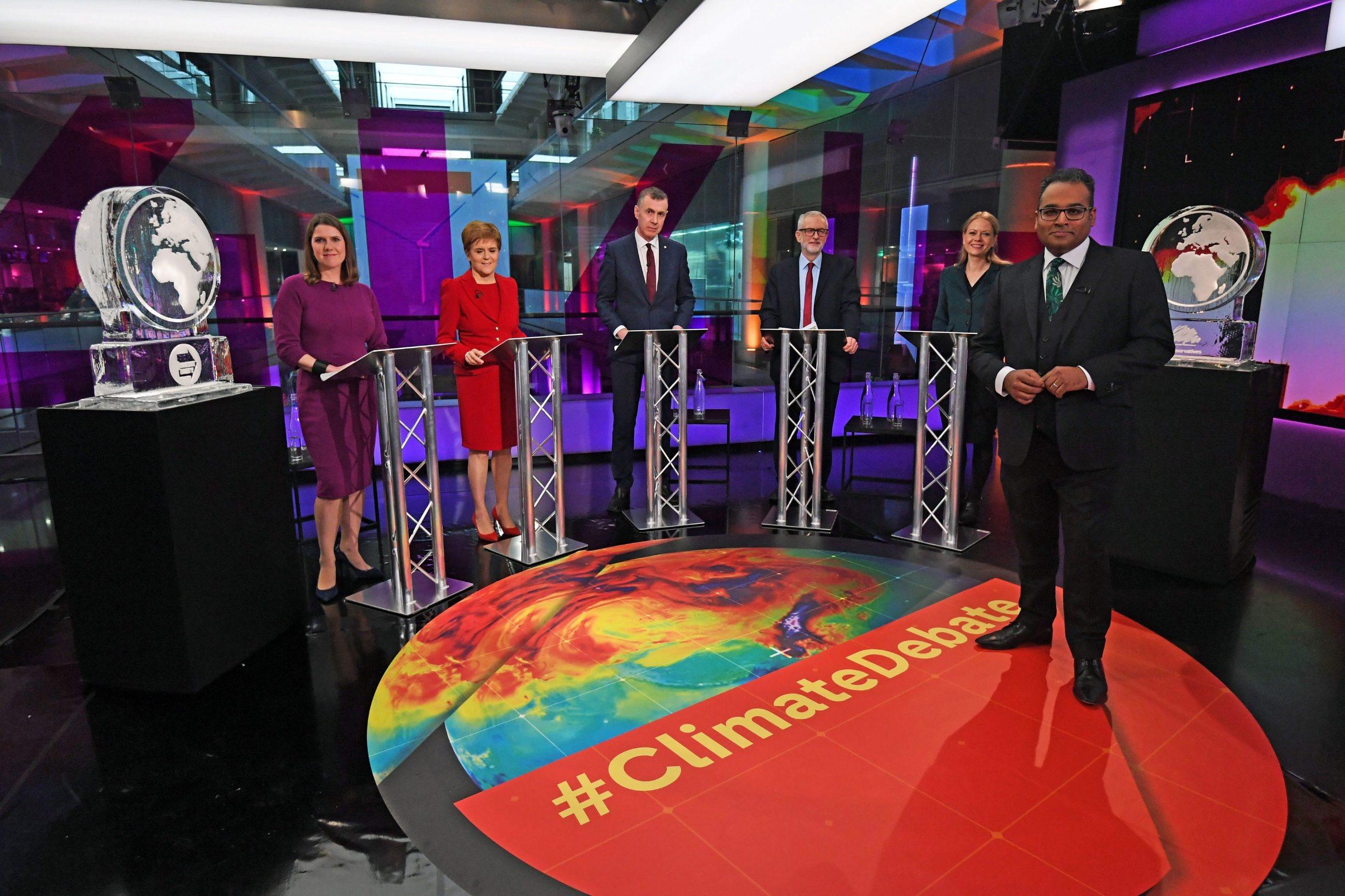 Krishnan Guru-Murthy, Jo Swinson, Nicola Sturgeon, Adam Price, Jeremy Corbyn, Sian Berry i ledene skulpture umjesto Faragea i Johnsona