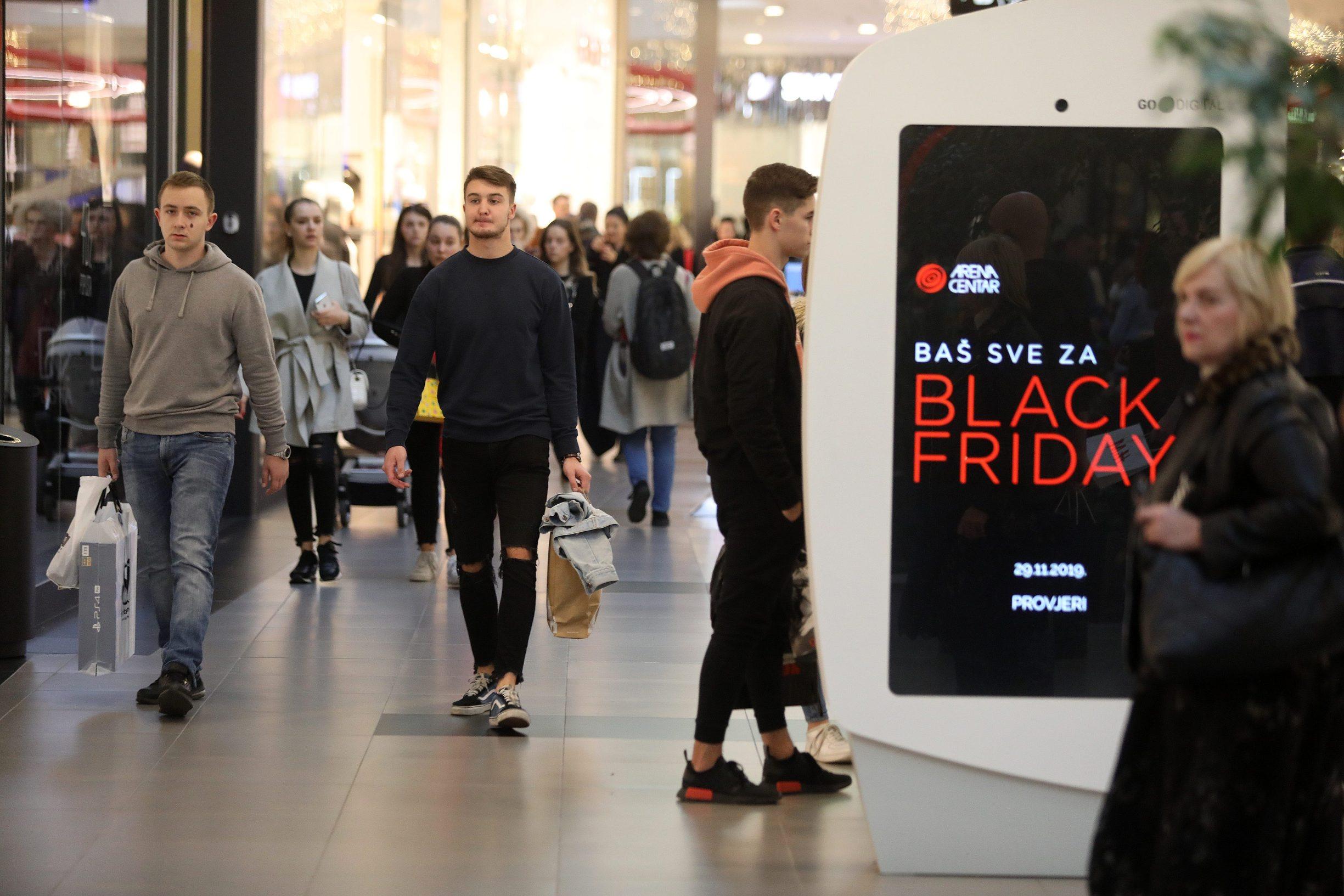 Zagreb, 291119. Black Friday u Arena centru. Black friday je tradicija kupovine i posebnih ponuda koja nam dolazi iz SAD-a gdje je Black Friday poceo dobivati na popularnosti tijekom 90-ih godina. Rijec je o shopping dogadjanju koji se obiljezava na prvi petak koji slijedi iza americkog blagdana Dan zahvalnosti. Foto: Ranko Suvar / CROPIX