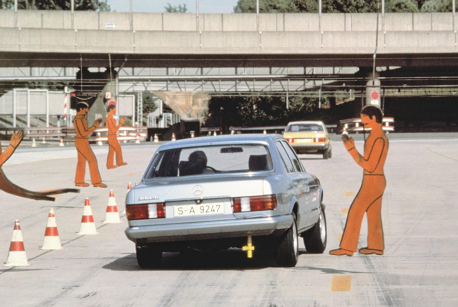 Mercedes-Benz Typ 380 SE, Baureihe W 126, Ausweichmanöver auf der Einfahrbahn im Werk Untertürkheim.   A Mercedes-Benz 380 SE, model series W 126, undertakes evasive manoeuvres on the test track at the Untertürkheim plant.