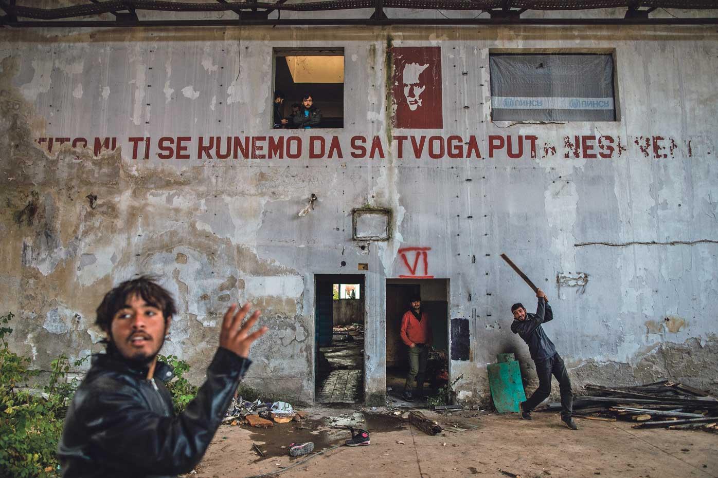 Ispod slike druga Tita i parole uobičajene za tvornice bivše Jugoslavije timovi iz Pakistana i Afganistana igraju kriket. Između pokušaja da se domognu Europe potpuno devastirana tvornica u predgrađu Bihaća njihov je privremeni dom, a njezina golema proizvodna hala teren za kriket