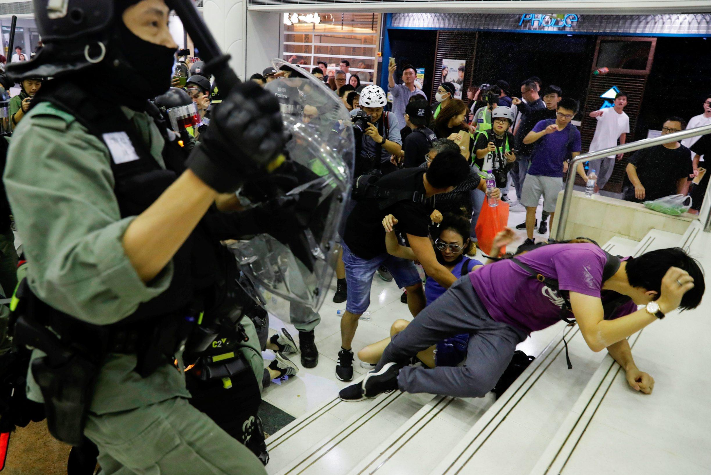 Riot police disperse anti-government protesters at a shopping mall in Tai Po, Hong Kong, China November 3, 2019. REUTERS/Tyrone Siu