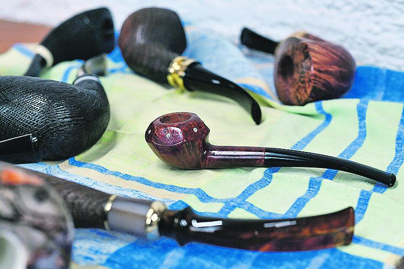 Zagreb, 271119. Davorin Djenovic koji vec deset godina izradjuje lule za pusenje duhana, fotografiran u svojoj radionici. Na fotografiji: radionica lula. Foto: Boris Kovacev / CROPIX