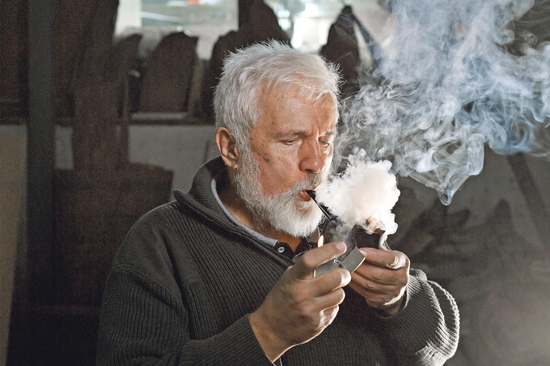 Zagreb, 271119. Davorin Djenovic koji vec deset godina izradjuje lule za pusenje duhana, fotografiran u svojoj radionici. Foto: Boris Kovacev / CROPIX
