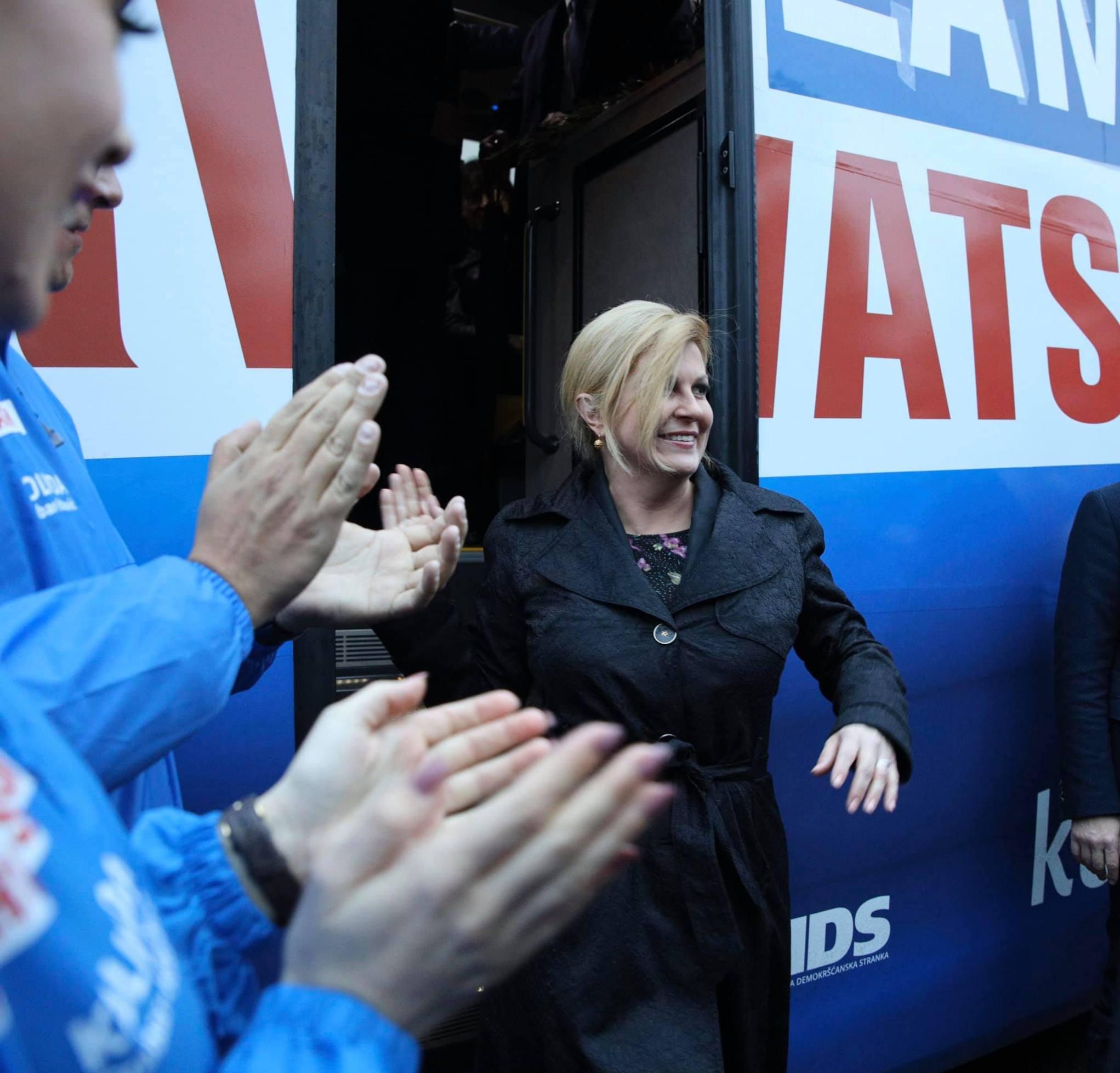 Kolinda Grabar-Kitarović izlazi iz autobusa (arhiva)