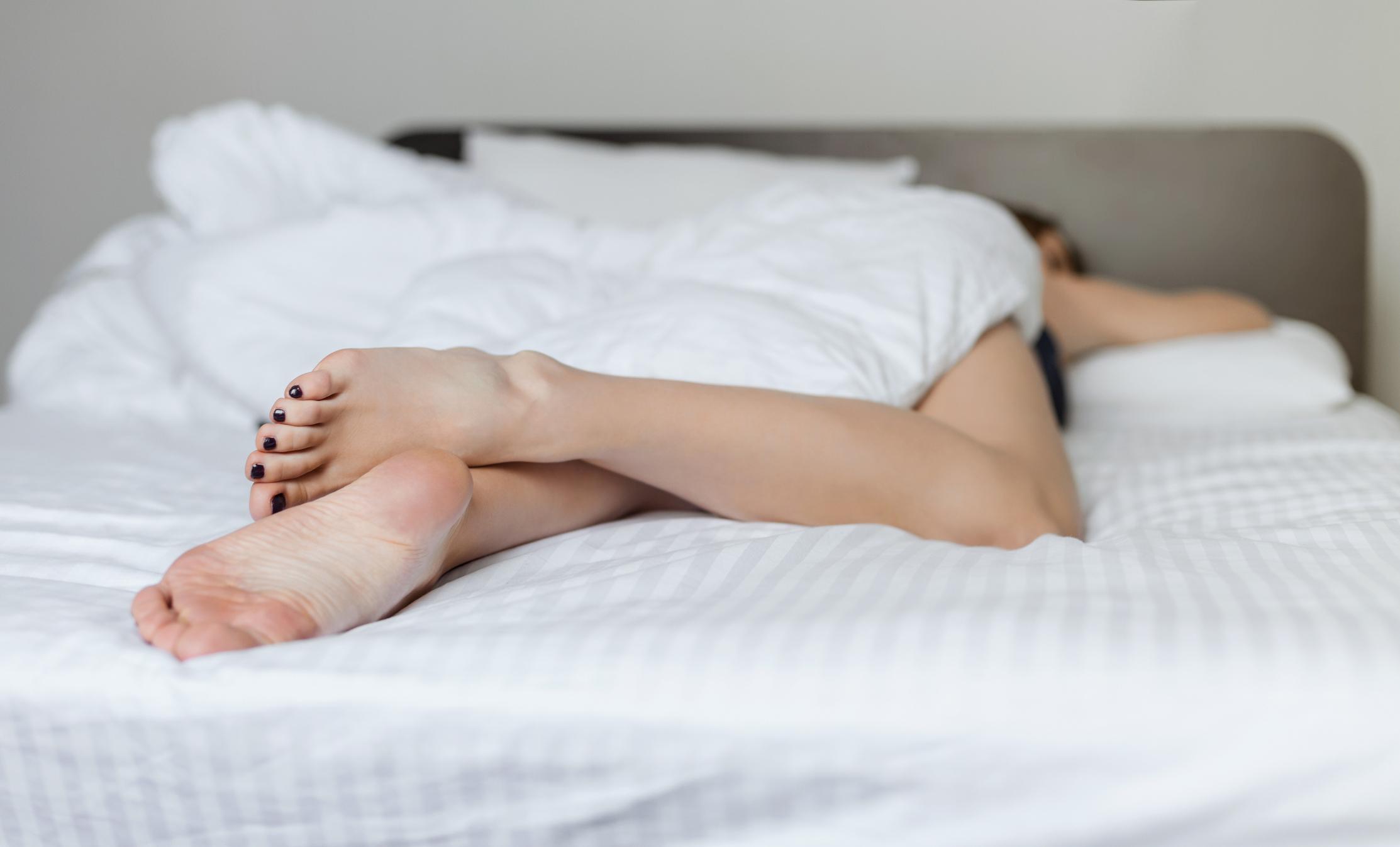 Nije jasno koji je uzrok takve veze no duljina spavanja povezana je s pojačanim znakovima upala, nepovoljnim omjerom vrsta kolesterola u krvi i povećanim opsegom struka što su sve faktori za koje se zna da povećavaju kardiovaskularne rizike.