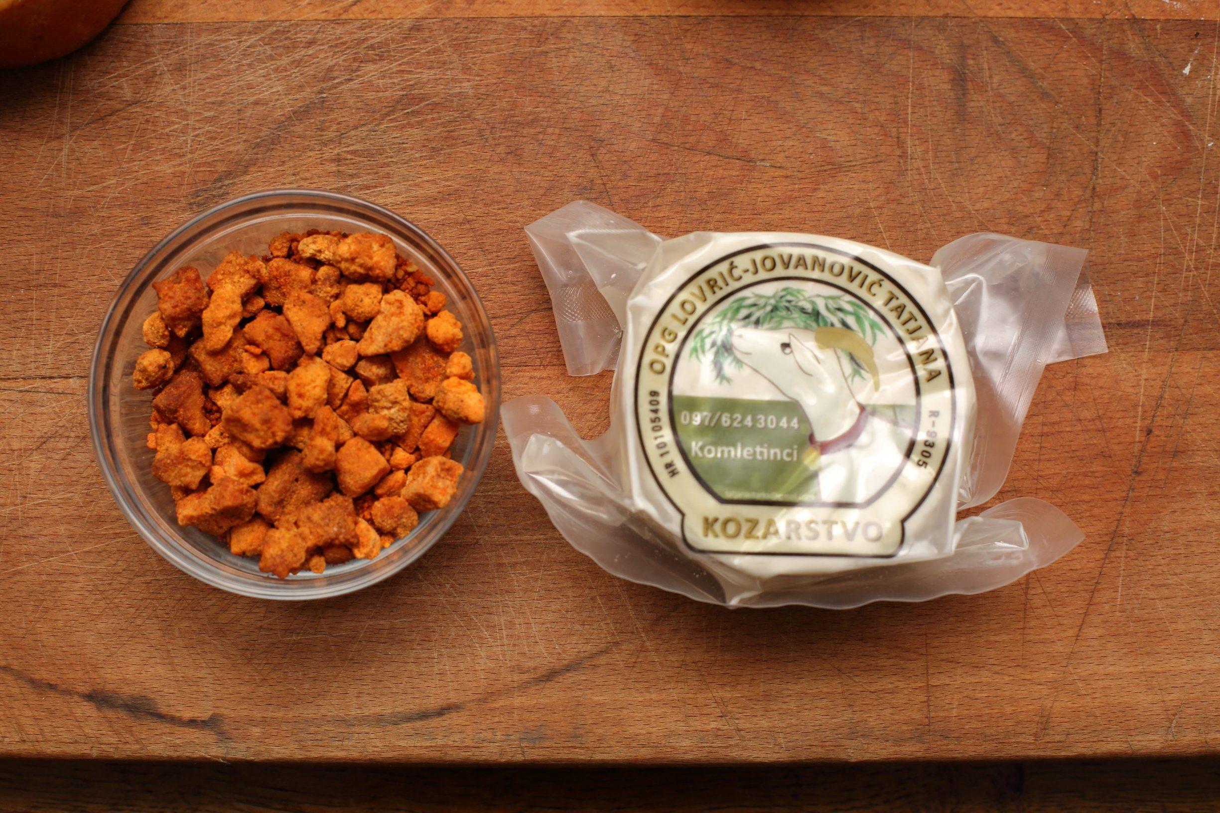 Komletinci, 101219. Tatjana Lovric Jovanovic vlasnica je OPG-a za proizvodnju kozjeg sira. Najnoviji proizvod OPG-a su cvarci od sira. Na fotografiji: cvarci od sira i kozji sirevi OPG-a Lovric Jovanovic. Foto: Vlado Kos / CROPIX -JL-