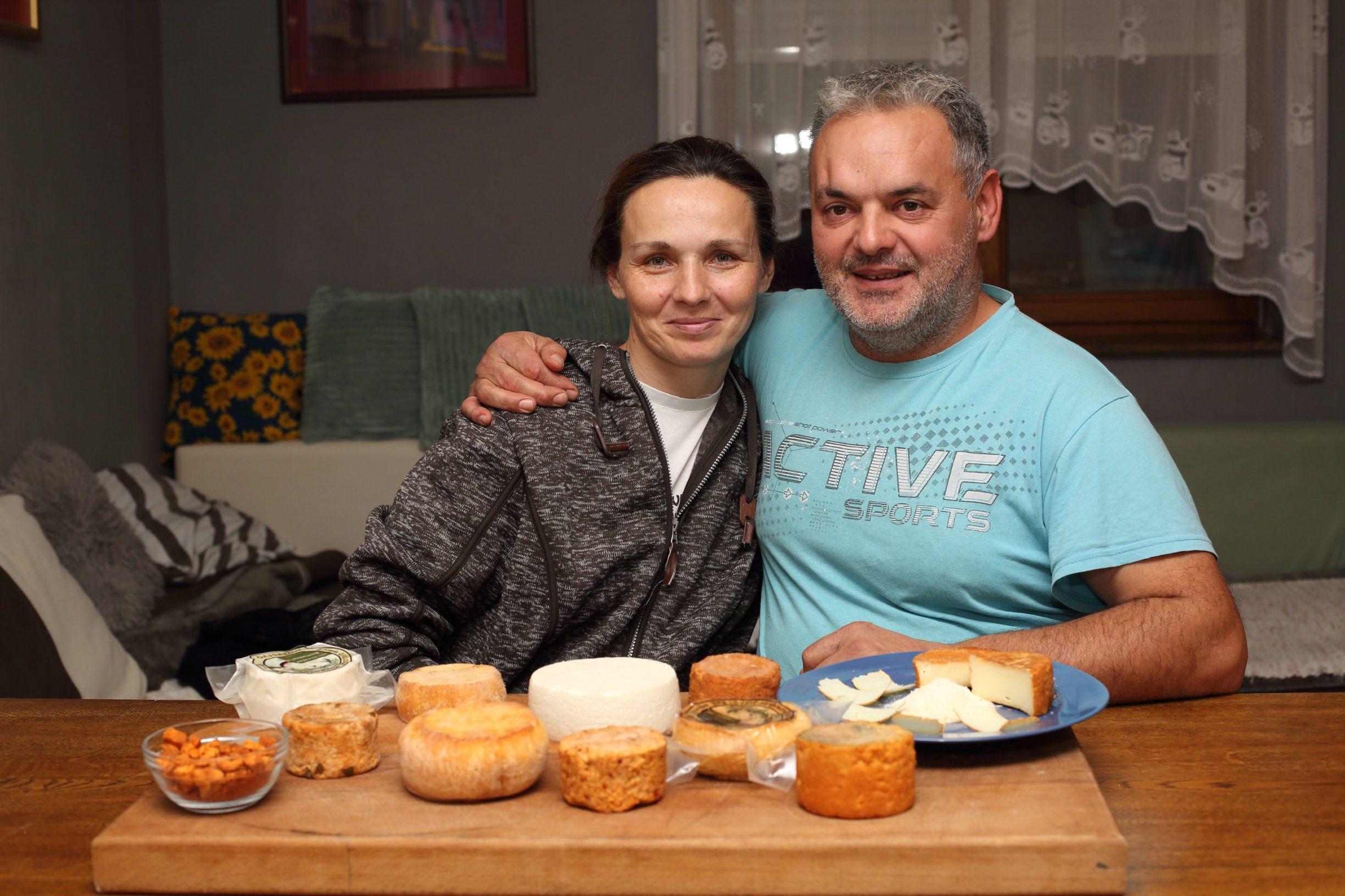 Komletinci, 101219. Tatjana Lovric Jovanovic vlasnica je OPG-a za proizvodnju kozjeg sira. Najnoviji proizvod OPG-a su cvarci od sira. Na fotografiji: Tatjana Lovric Jovanovic i suprug Zeljko. Foto: Vlado Kos / CROPIX -JL-