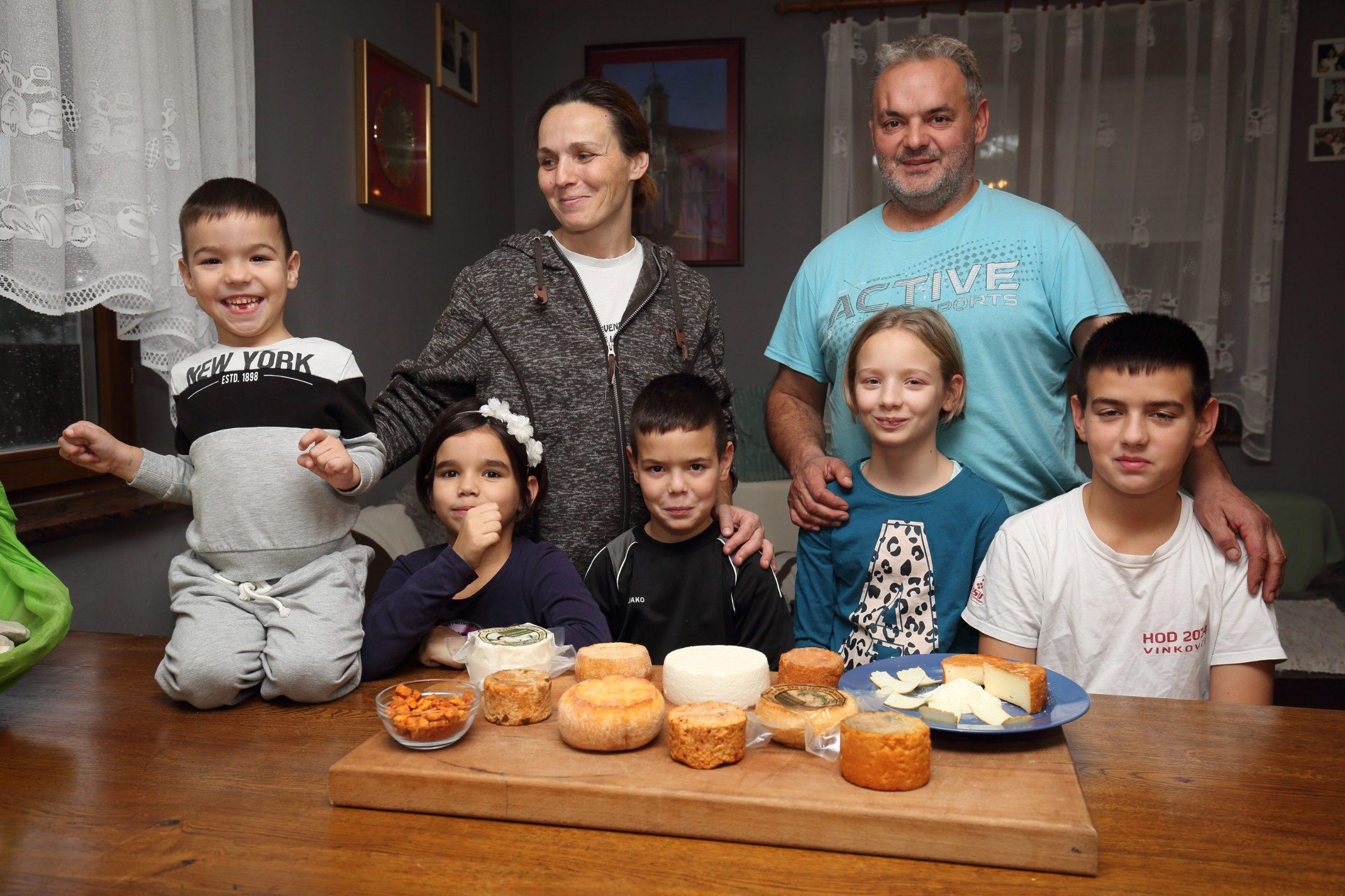 Komletinci, 101219. Tatjana Lovric Jovanovic vlasnica je OPG-a za proizvodnju kozjeg sira. Najnoviji proizvod OPG-a su cvarci od sira. Na fotografiji: Tatjana Lovric Jovanovic, suprug Zeljko i njihova djeca, Karlo, Lucija, Luka, Ana i Ivo. Foto: Vlado Kos / CROPIX -JL-