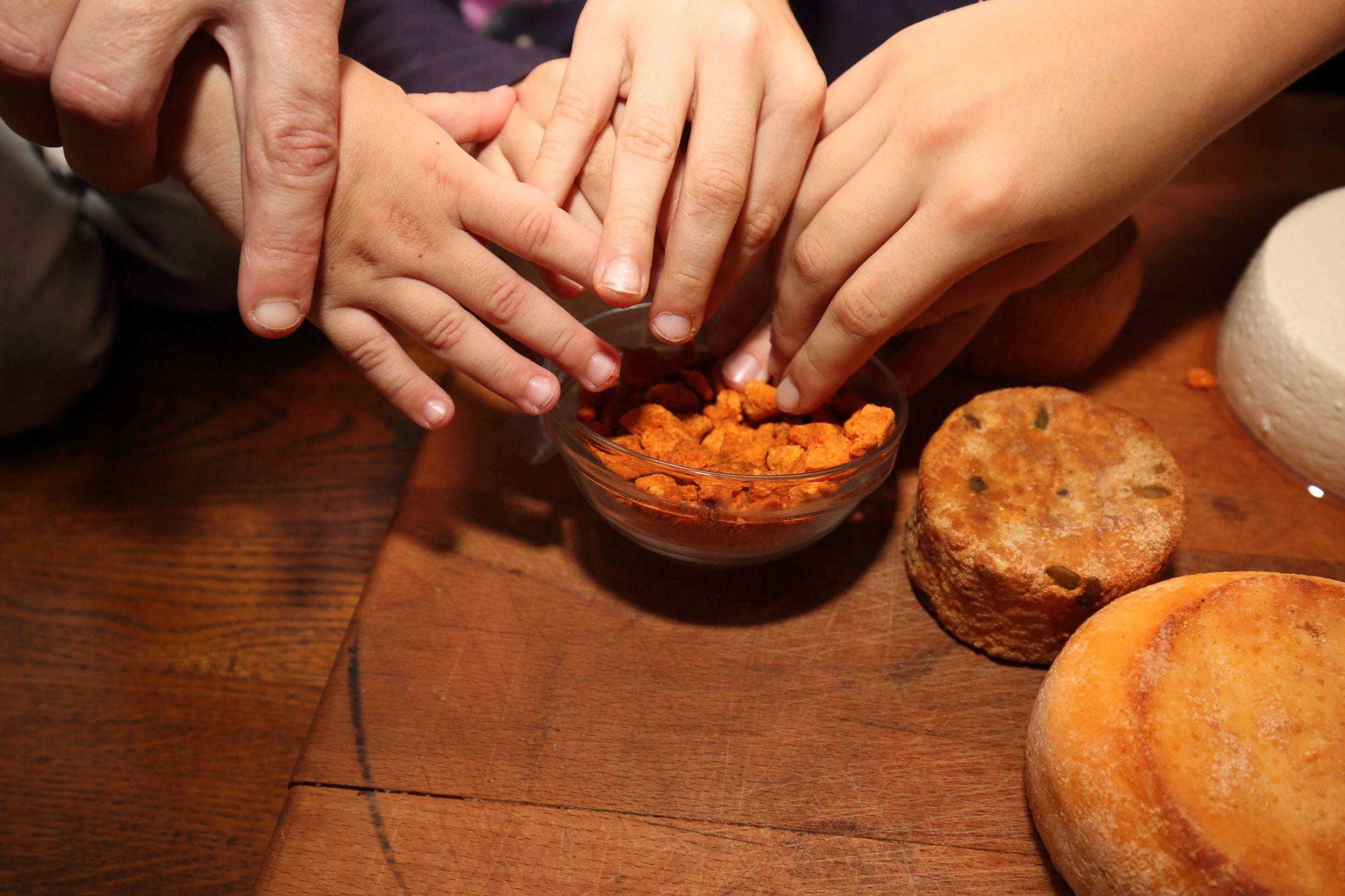Komletinci, 101219. Tatjana Lovric Jovanovic vlasnica je OPG-a za proizvodnju kozjeg sira. Najnoviji proizvod OPG-a su cvarci od sira. Na fotografiji: Navala na cvarke od sira. Foto: Vlado Kos / CROPIX -JL-