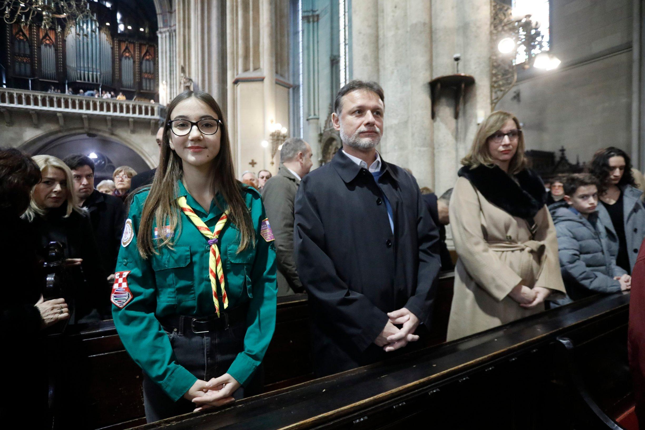 Gordan Jandroković u Zagrebačkoj katedrali na ceremoniji tradicionalnog unošenja Betlehemskog svjetla s članovima Saveza izviđača Hrvatske
