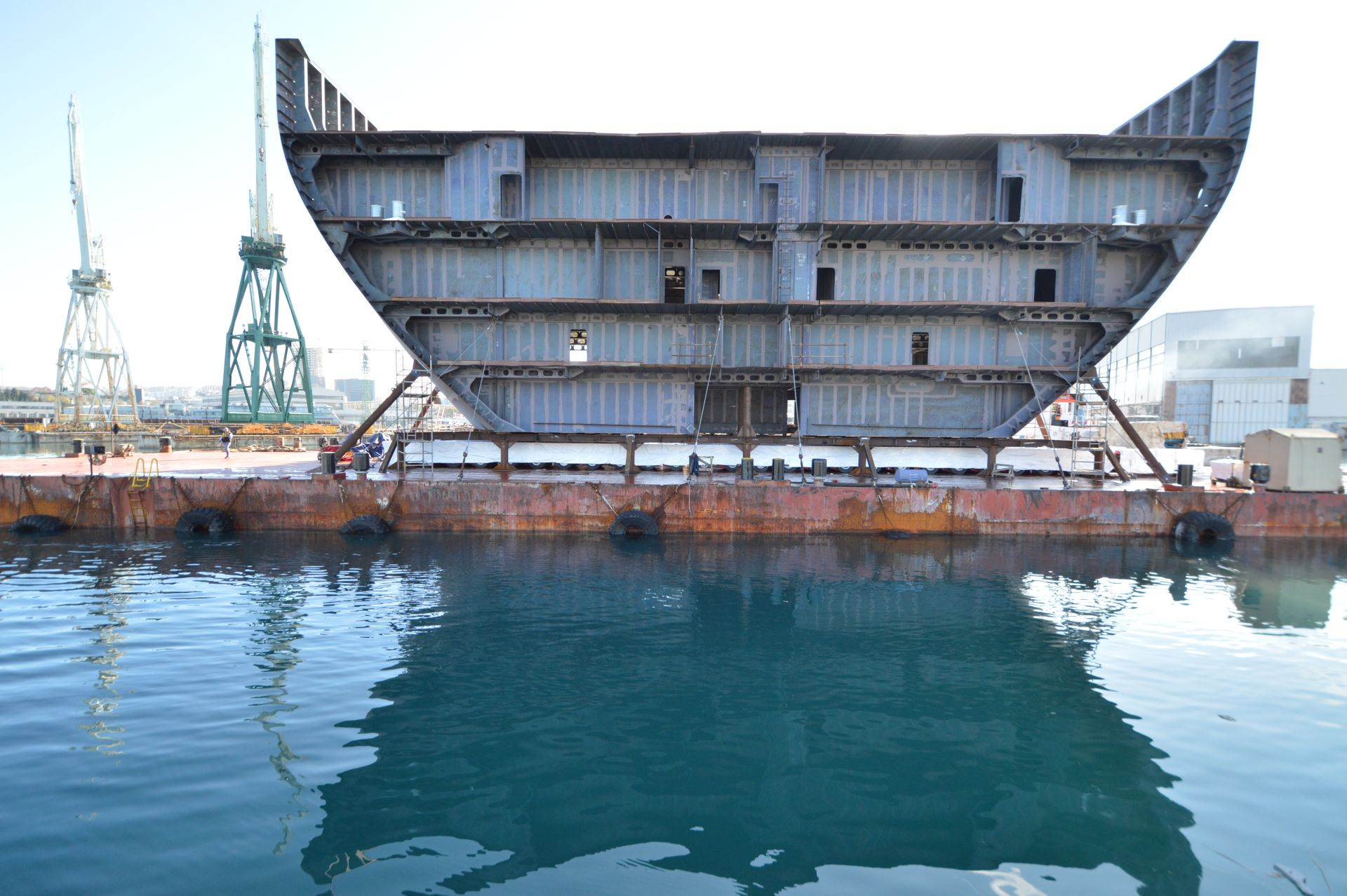 Danas je iz Brodosplita isplovila nova barža sa mega sekcijom za grupaciju Fincantieri