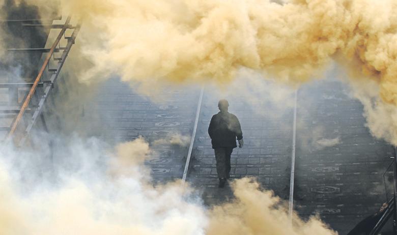 Radnik izlazi iz tvornice u kineskom gradu Changzhiju
