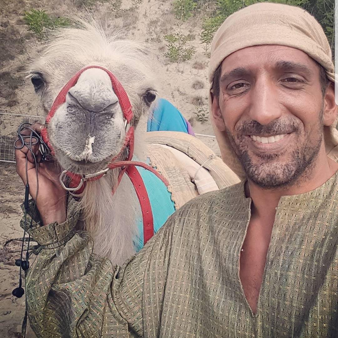 Glumac Slavko Sobin prihvatio je šale na račun replike u kojoj od nepoznatih jahača traži da polegnu deve, premda su bili na konjima