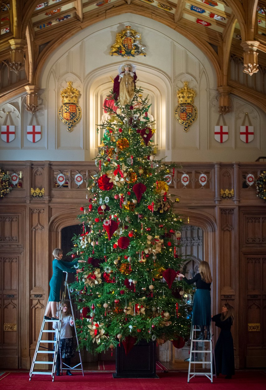 Christmas at Windsor Castle. A striking 20ft Nordmann Fir tree from Windsor Great Park standing at the end of the magnificent St George's Hall, dressed with hundreds of iridescent glass and mirrored ornaments Christmas at Windsor Castle, UK - 29 Nov 2019 One of the most ornate rooms in the Castle, the Crimson Drawing Room is one of the Semi-State Rooms created by George IV, and is only open to visitors during the winter months., Image: 485616400, License: Rights-managed, Restrictions: , Model Release: no, Credit line: Geoff Pugh / Shutterstock Editorial / Profimedia