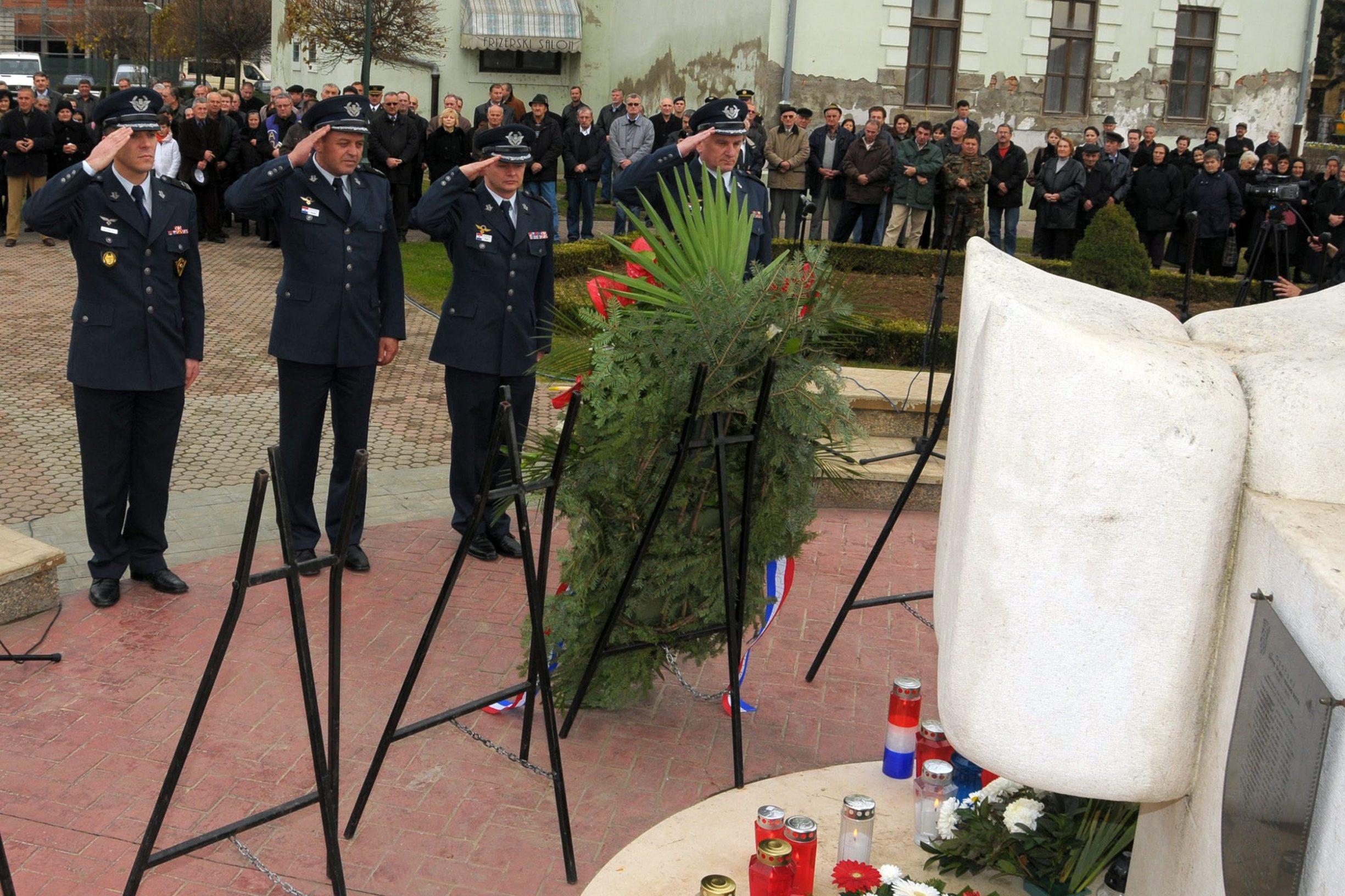 arhivska fotografija obilježavanja pogibije hrvatskih zrakoplovaca u Otoku