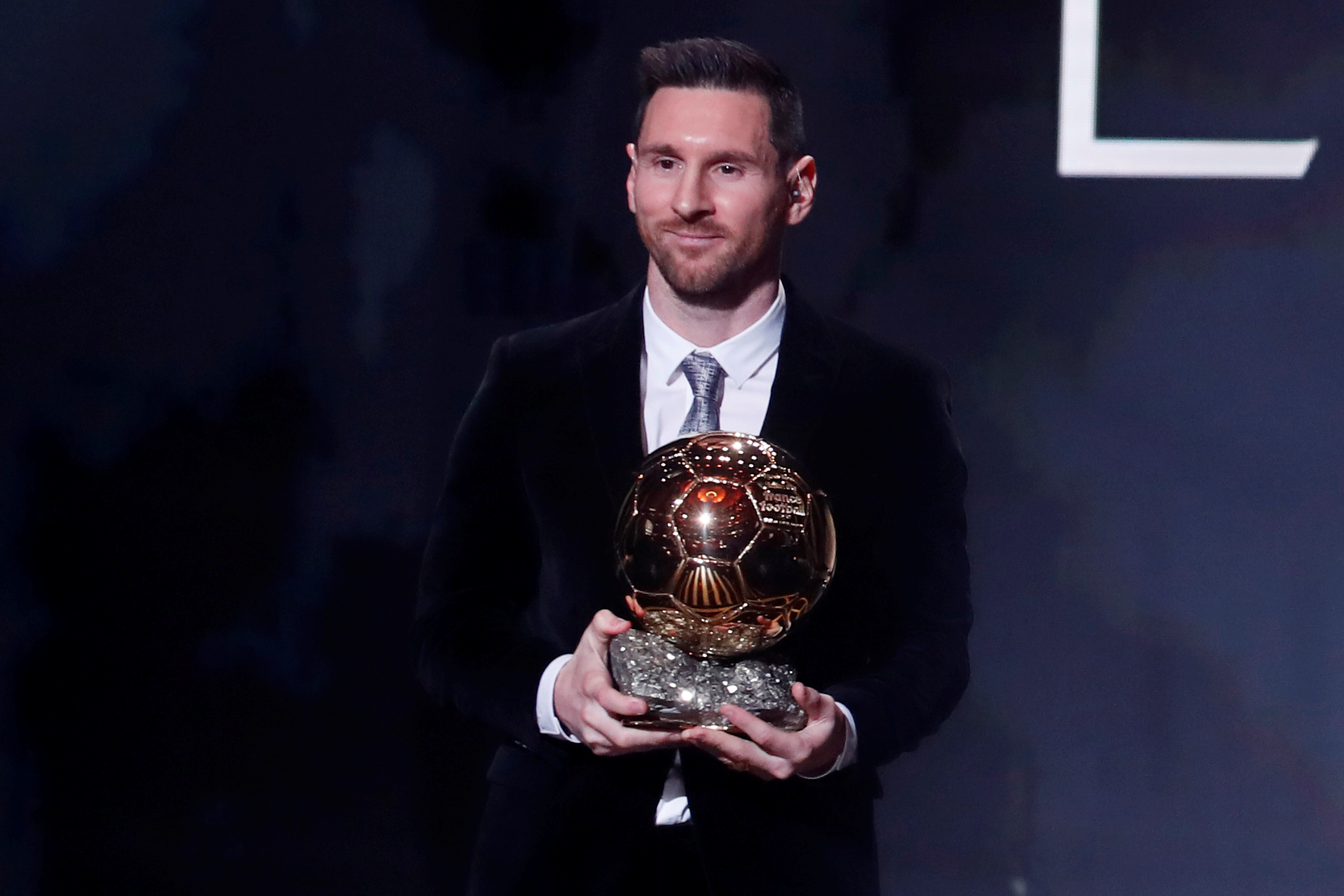 Soccer Football - The Ballon dOr awards - Theatre du Chatelet, Paris, France - December 2, 2019  Barcelona's Lionel Messi with the Ballon d'Or award  REUTERS/Christian Hartmann - RC28ND9DEAU6