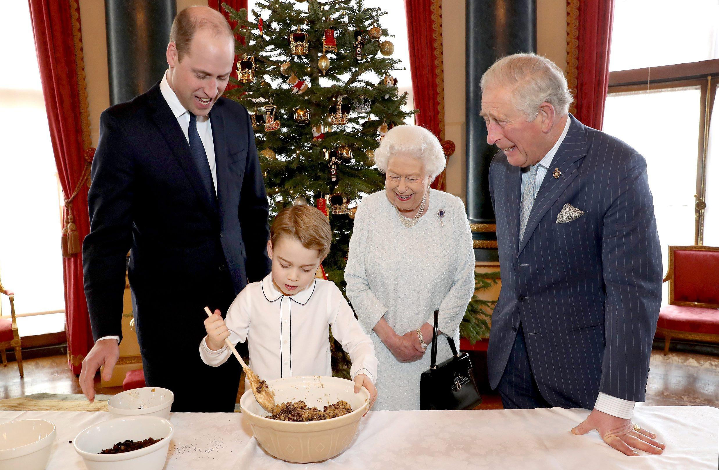 Prinčevi William i George, kraljica Elizabeta II. i princ Charles