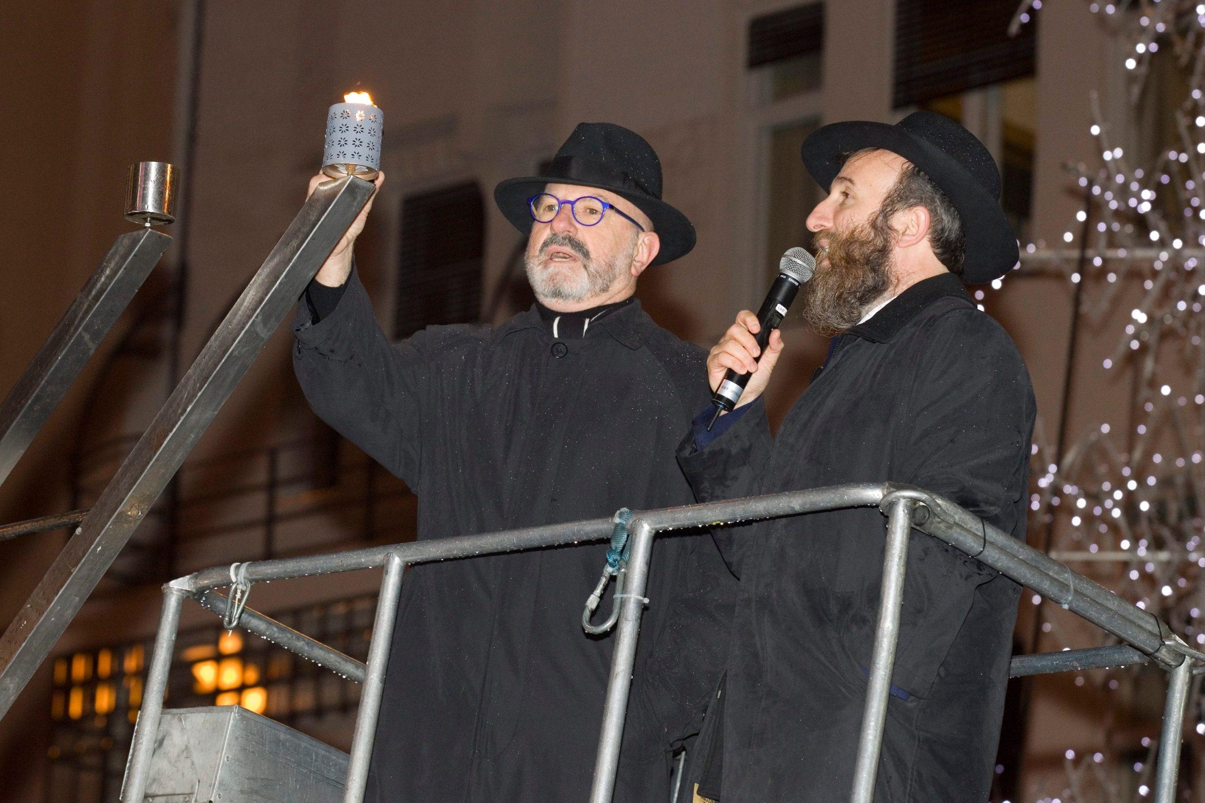 Rabin Zaklos je u društvu veleposlanika Države Izrael Ilana Mora zapalio prvu svijeću na menori povodom Hanuke